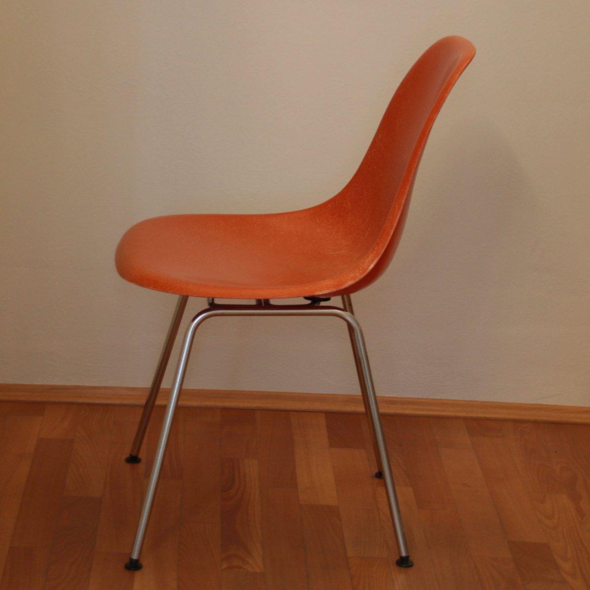 korallenroter stuhl von charles ray eames f r herman miller bei pamono kaufen. Black Bedroom Furniture Sets. Home Design Ideas