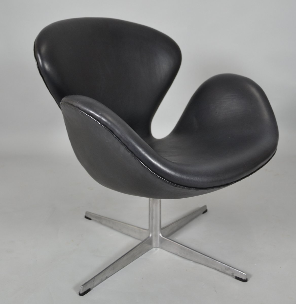 mid century black leather swan chair by arne jacobsen for fritz hansen for sale at pamono. Black Bedroom Furniture Sets. Home Design Ideas