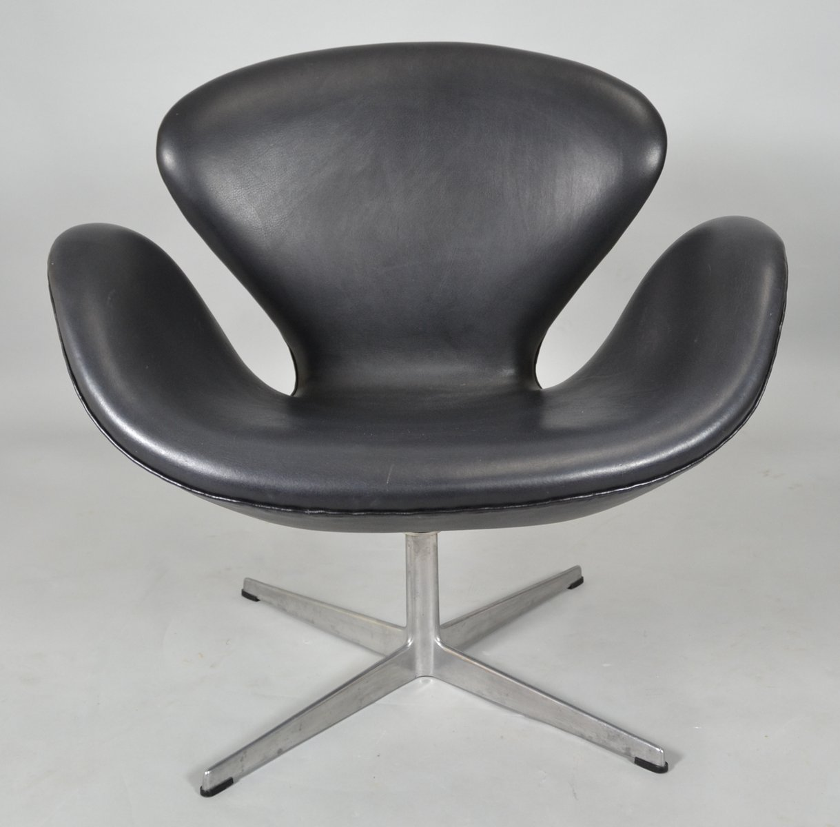 Mid century black leather swan chair by arne jacobsen for for Swan chair nachbau