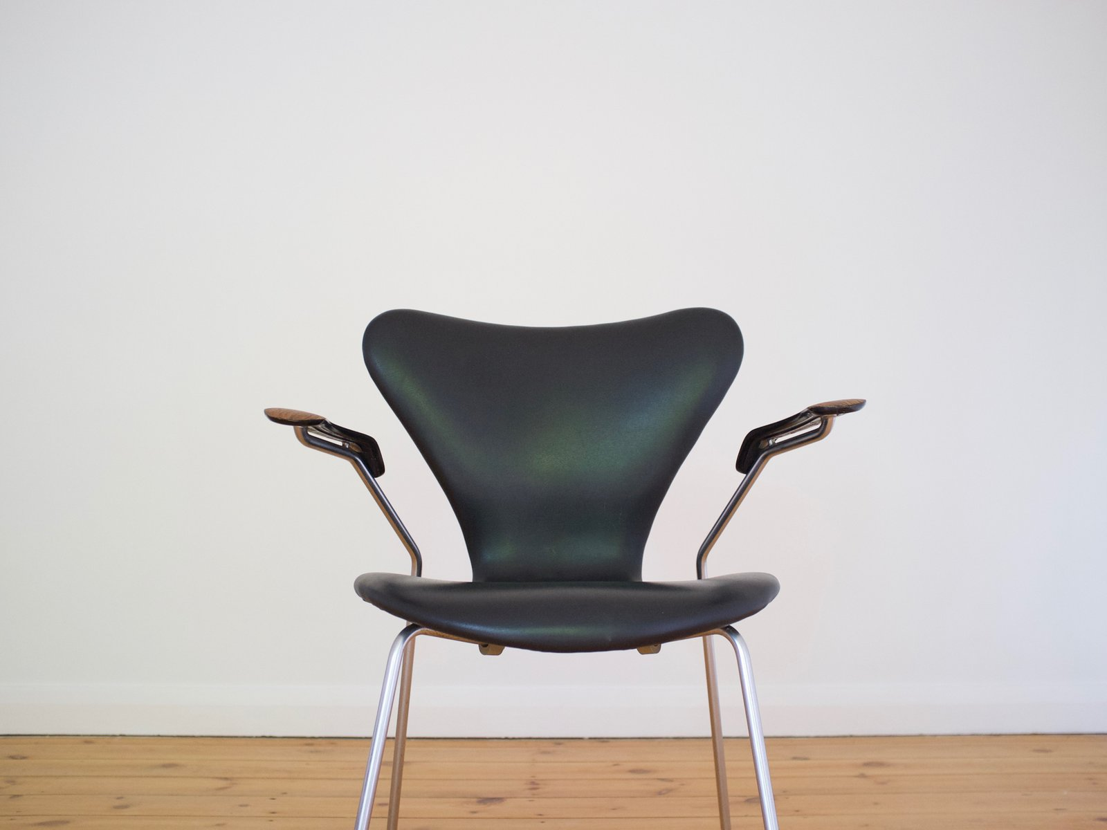 Series 7 armchair by arne jacobsen for fritz hansen 1965 for Chaise serie 7 arne jacobsen 1955