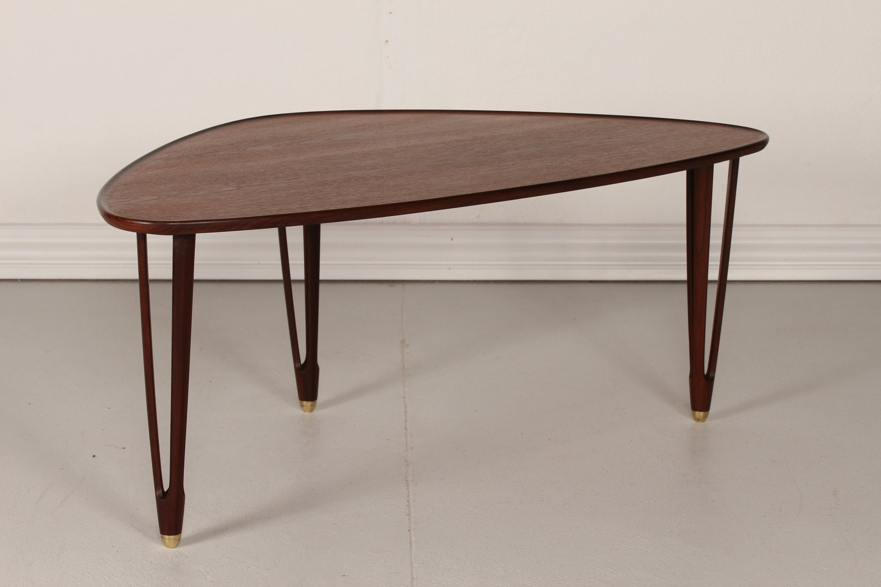 Vintage danish triangular coffee table in teak 1950s for Table triangulaire scandinave