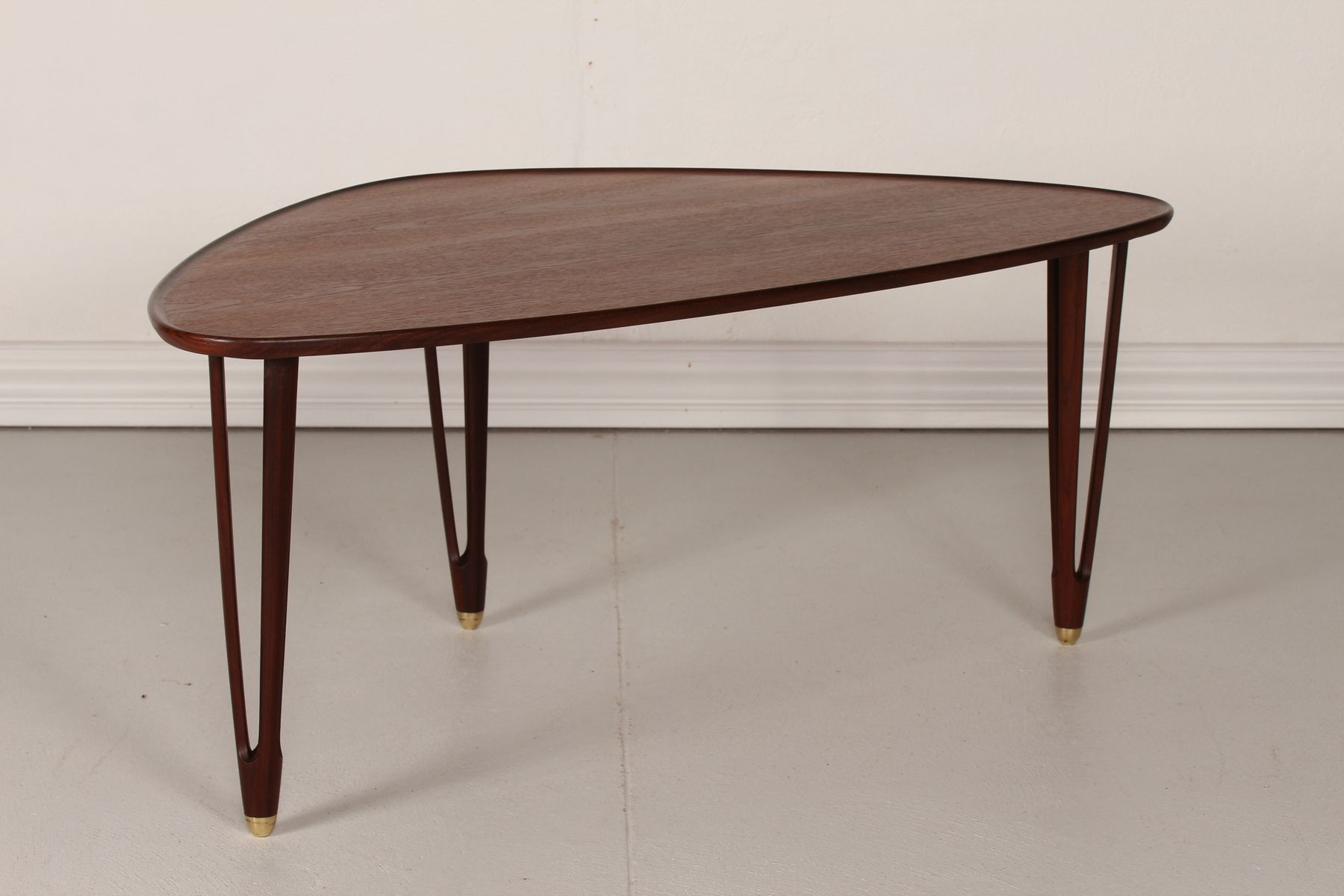 Vintage danish triangular coffee table in teak 1950s for for Table triangulaire scandinave