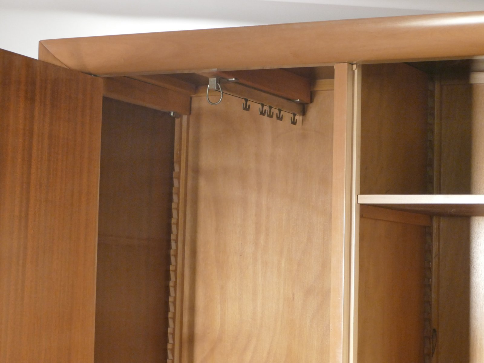 bergahorn kleiderschrank von suzanne guiguichon 1950er bei pamono kaufen. Black Bedroom Furniture Sets. Home Design Ideas