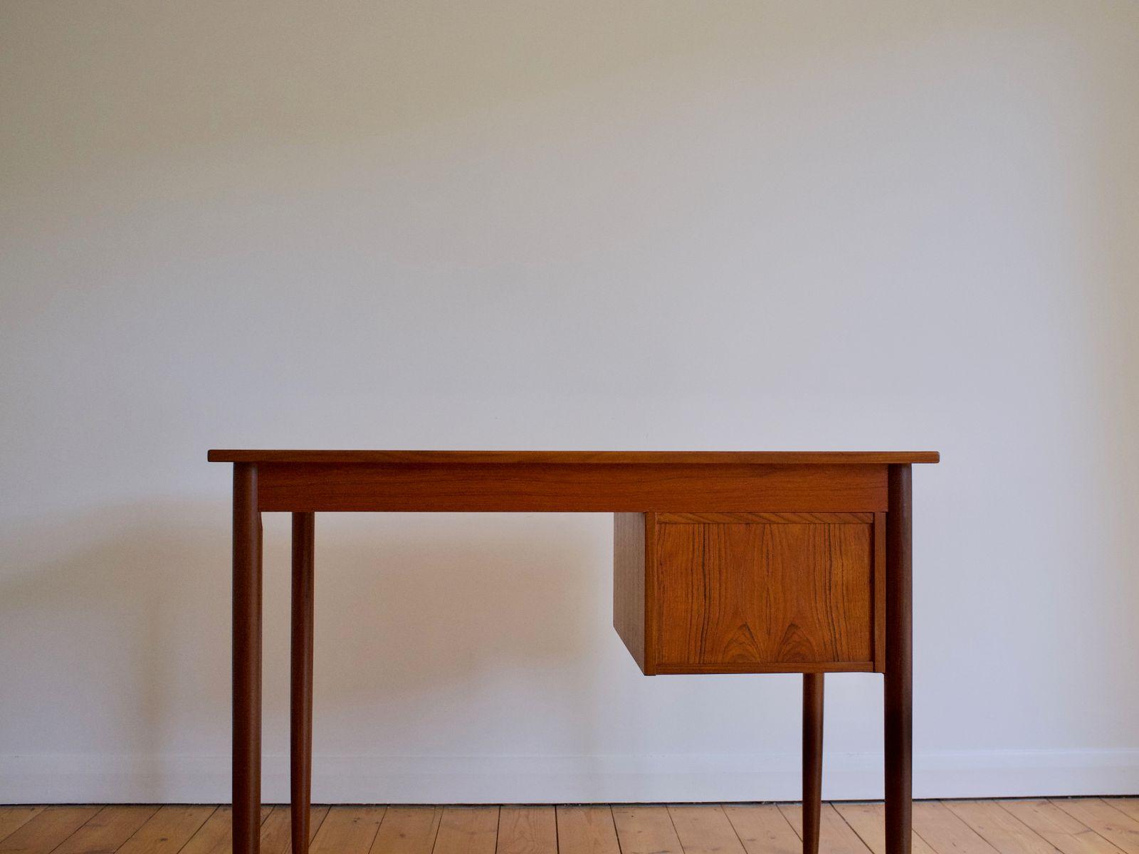Schreibtisch designklassiker  Kleiner Dänischer Mid-Century Teak Schreibtisch, 1960er bei Pamono ...