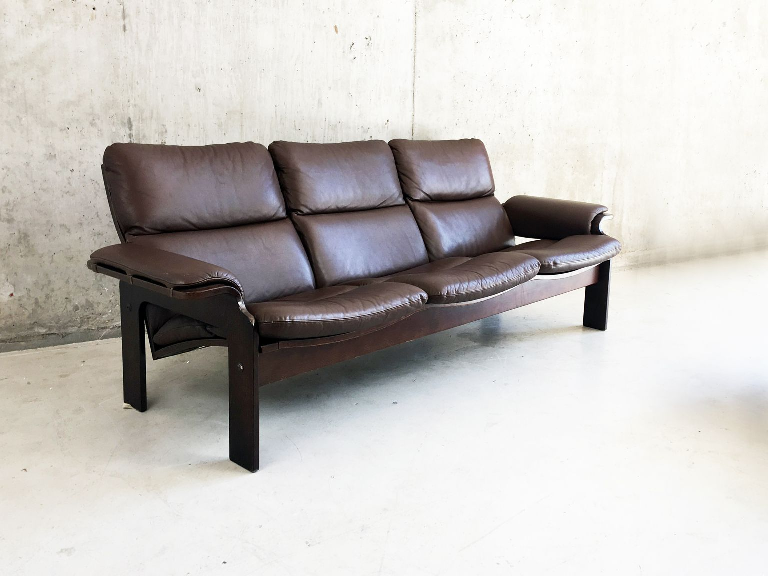 braunes d nisches drei sitzer ledersofa von jeki mobler 1970er bei pamono kaufen. Black Bedroom Furniture Sets. Home Design Ideas