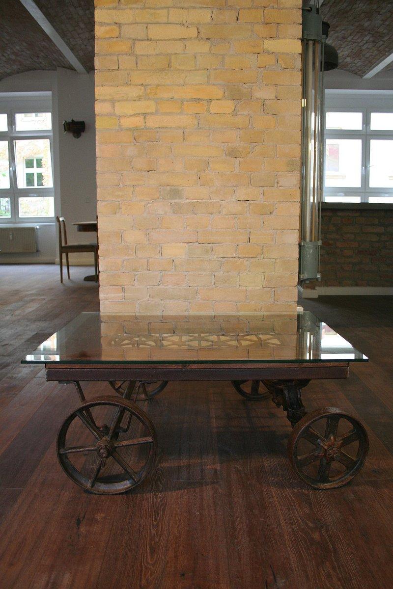 vintage industrial coffee table on wheels en vente sur pamono. Black Bedroom Furniture Sets. Home Design Ideas