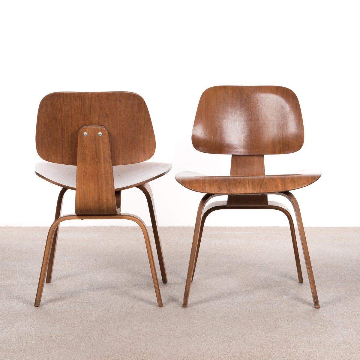 Dcw walnut plywood dining chair by charles ray eames for for Fauteuil charles eames patchwork