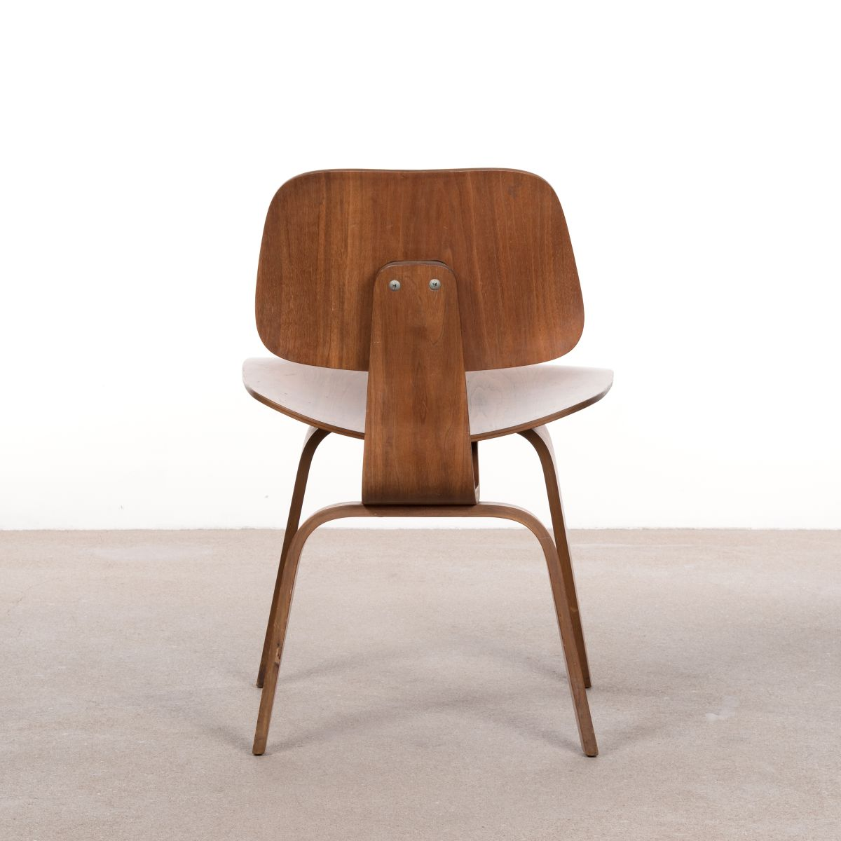 dcw walnuss schichtholz stuhl von charles ray eames f r. Black Bedroom Furniture Sets. Home Design Ideas
