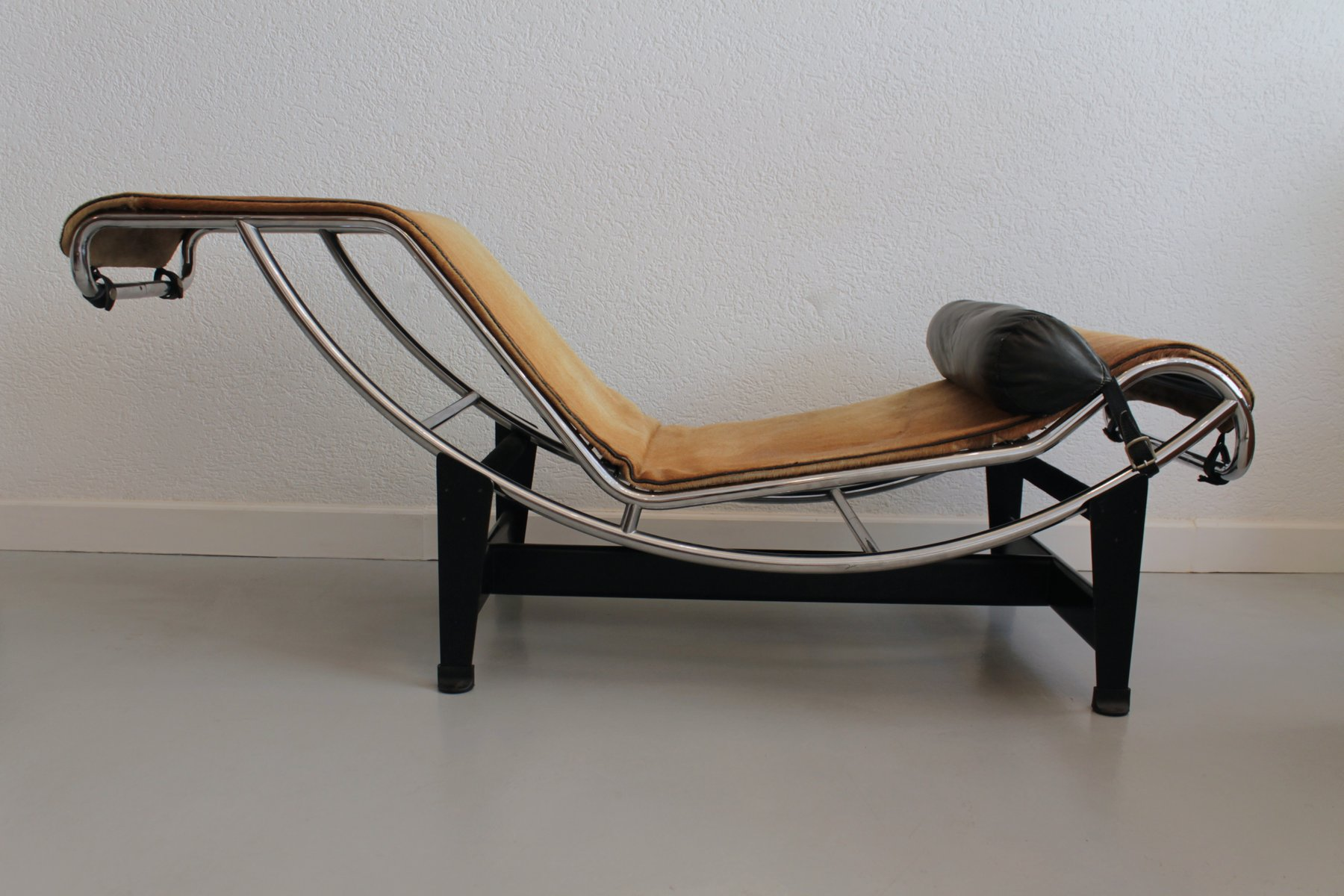 Le corbusier lounge chair - Lc4 Lounge Chair In Pony Skin By Le Corbusier Jeanneret Perriand 1965