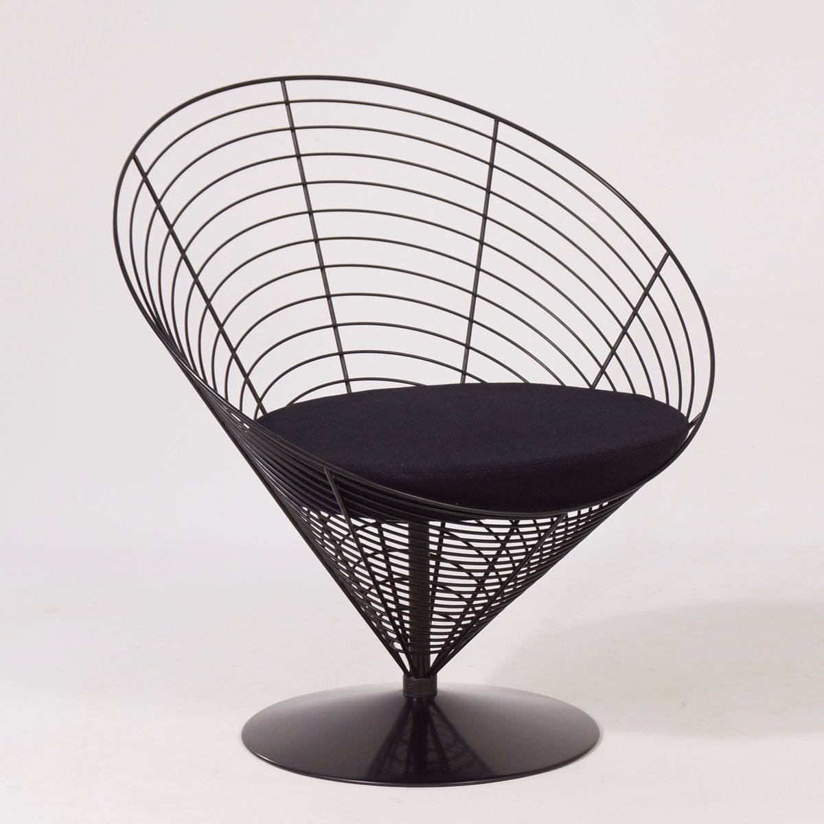 wire cone table with two wire cone chairs by verner panton for fritz hansen 1988 for sale at pamono. Black Bedroom Furniture Sets. Home Design Ideas