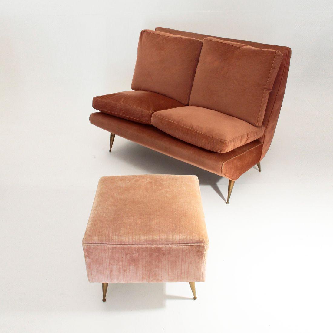 italienisches zweisitzer sofa mit messing beinen 1950er. Black Bedroom Furniture Sets. Home Design Ideas