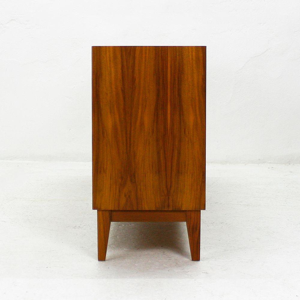 walnuss sideboard mit schiebet ren von wk 1950er bei pamono kaufen. Black Bedroom Furniture Sets. Home Design Ideas