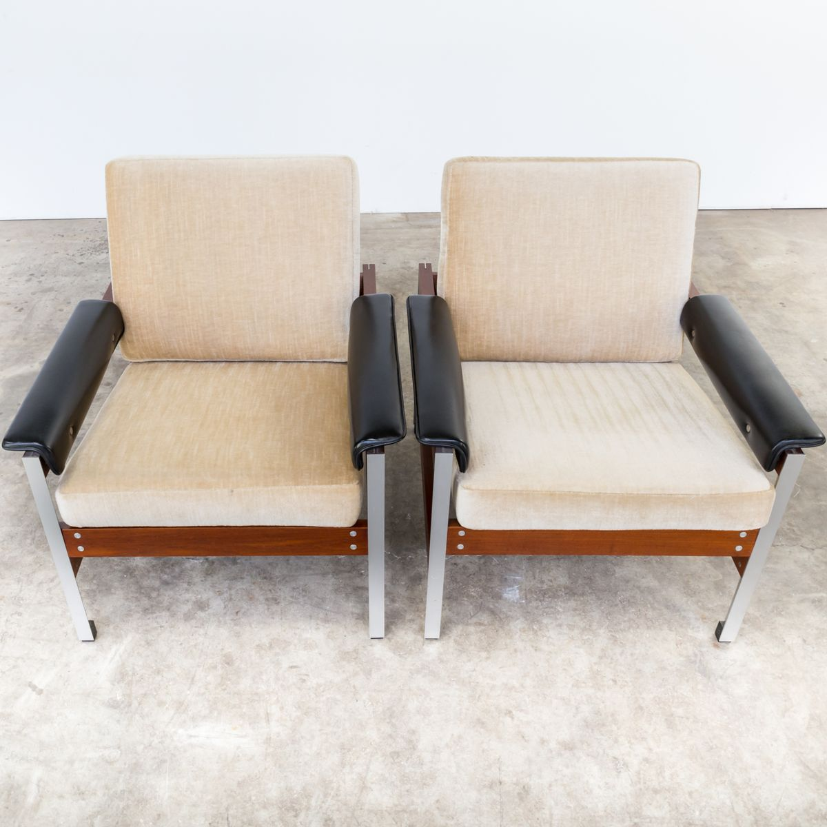 mid century sessel aus teak kunstleder stoff und aluminium 2er set bei pamono kaufen. Black Bedroom Furniture Sets. Home Design Ideas