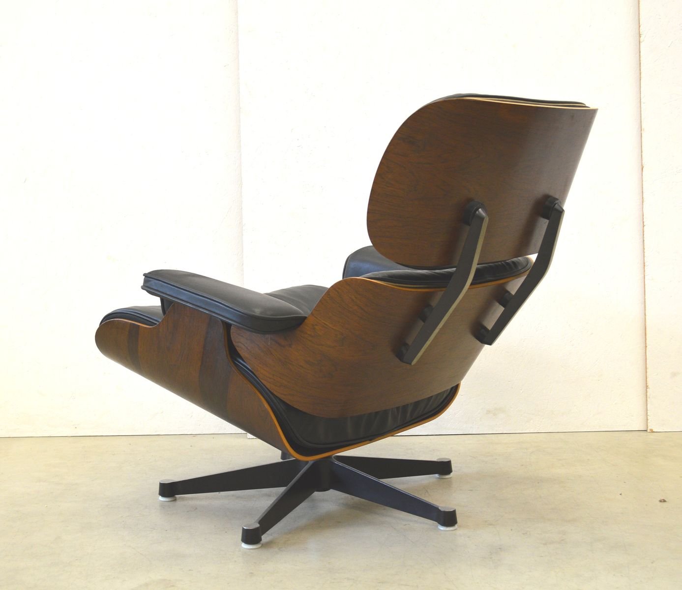 Rosewood lounge chair by ray charles eames for herman for Charles eames lounge chair nachbildung