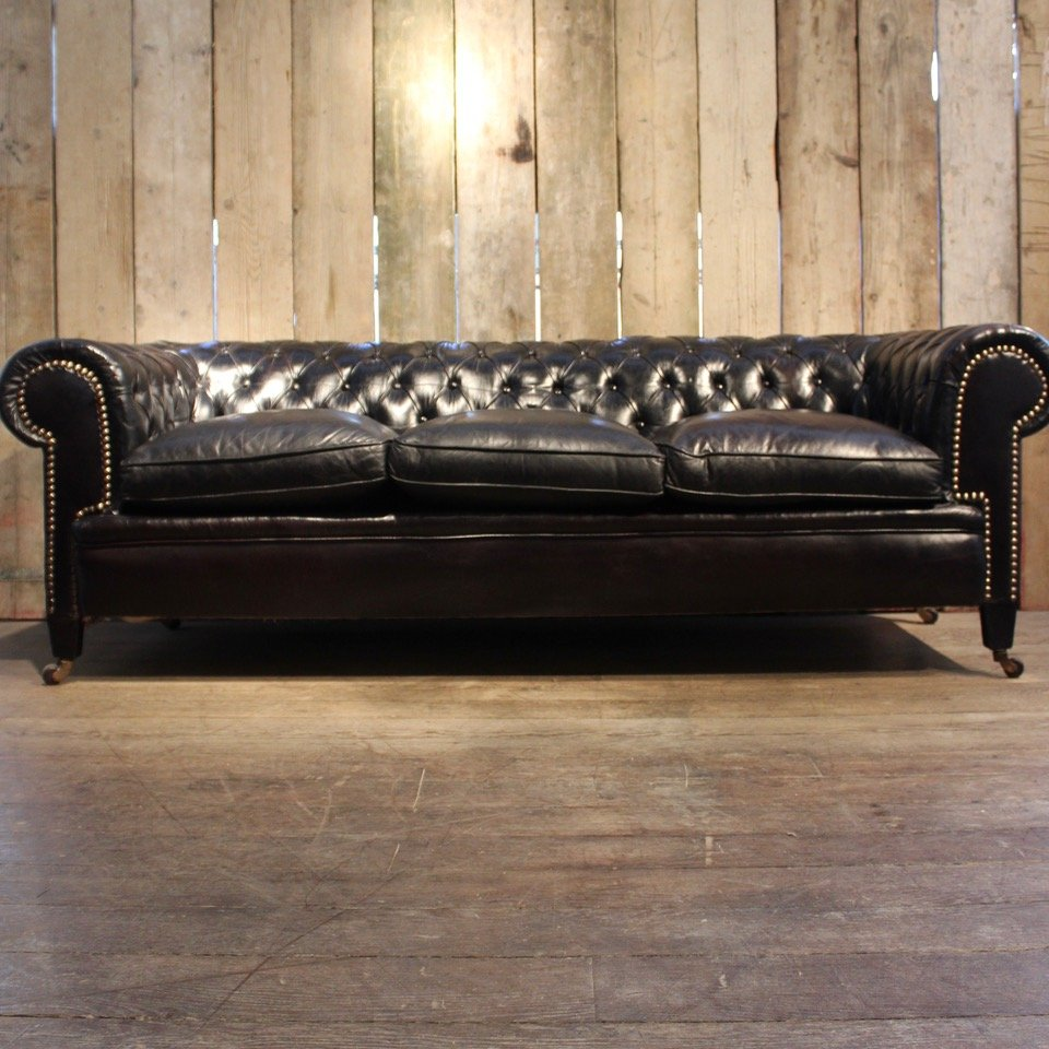 schwarzes vintage chesterfield ledersofa bei pamono kaufen. Black Bedroom Furniture Sets. Home Design Ideas