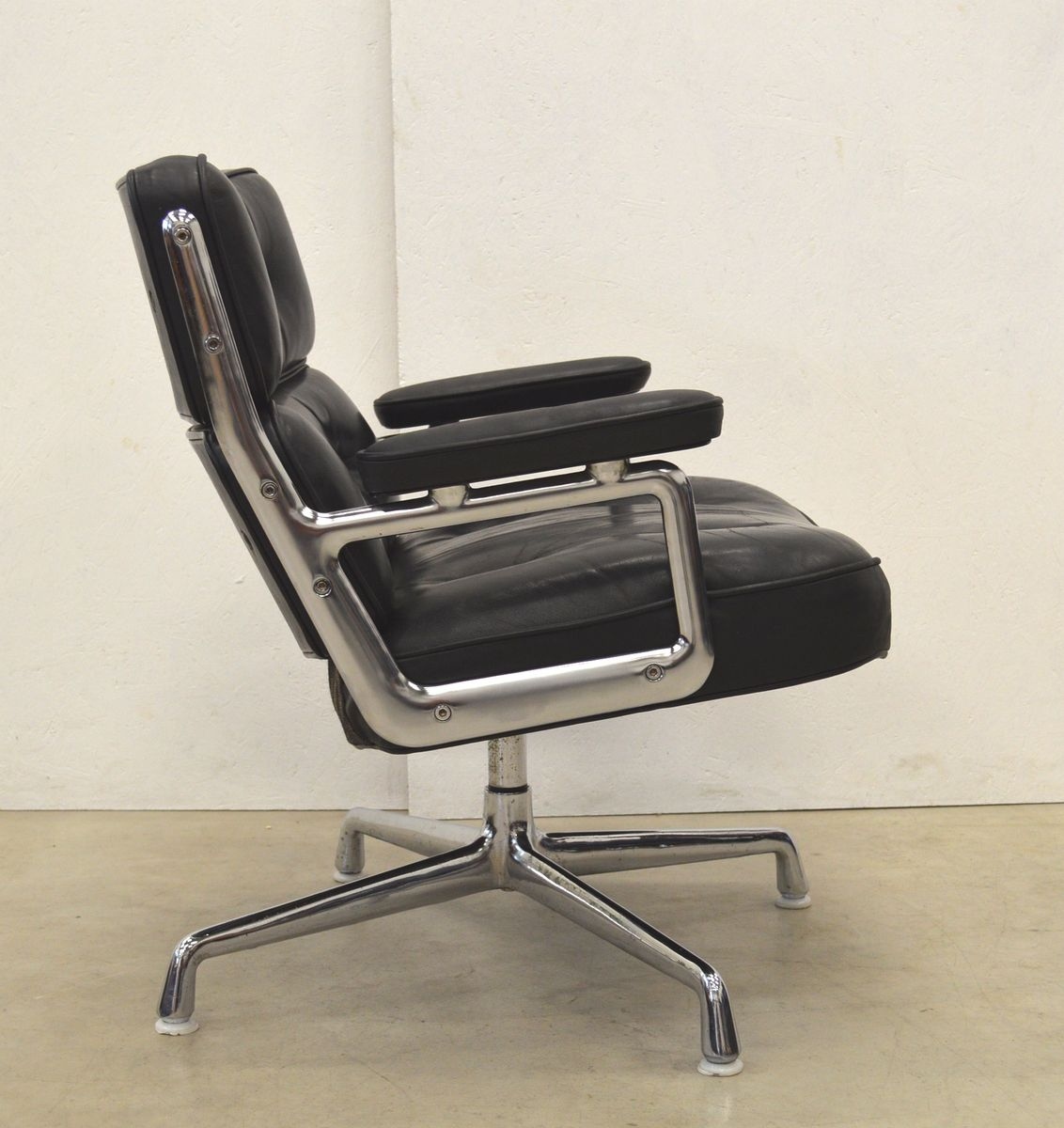 American es105 lobby chair by charles ray eames for for Eames chair deutschland