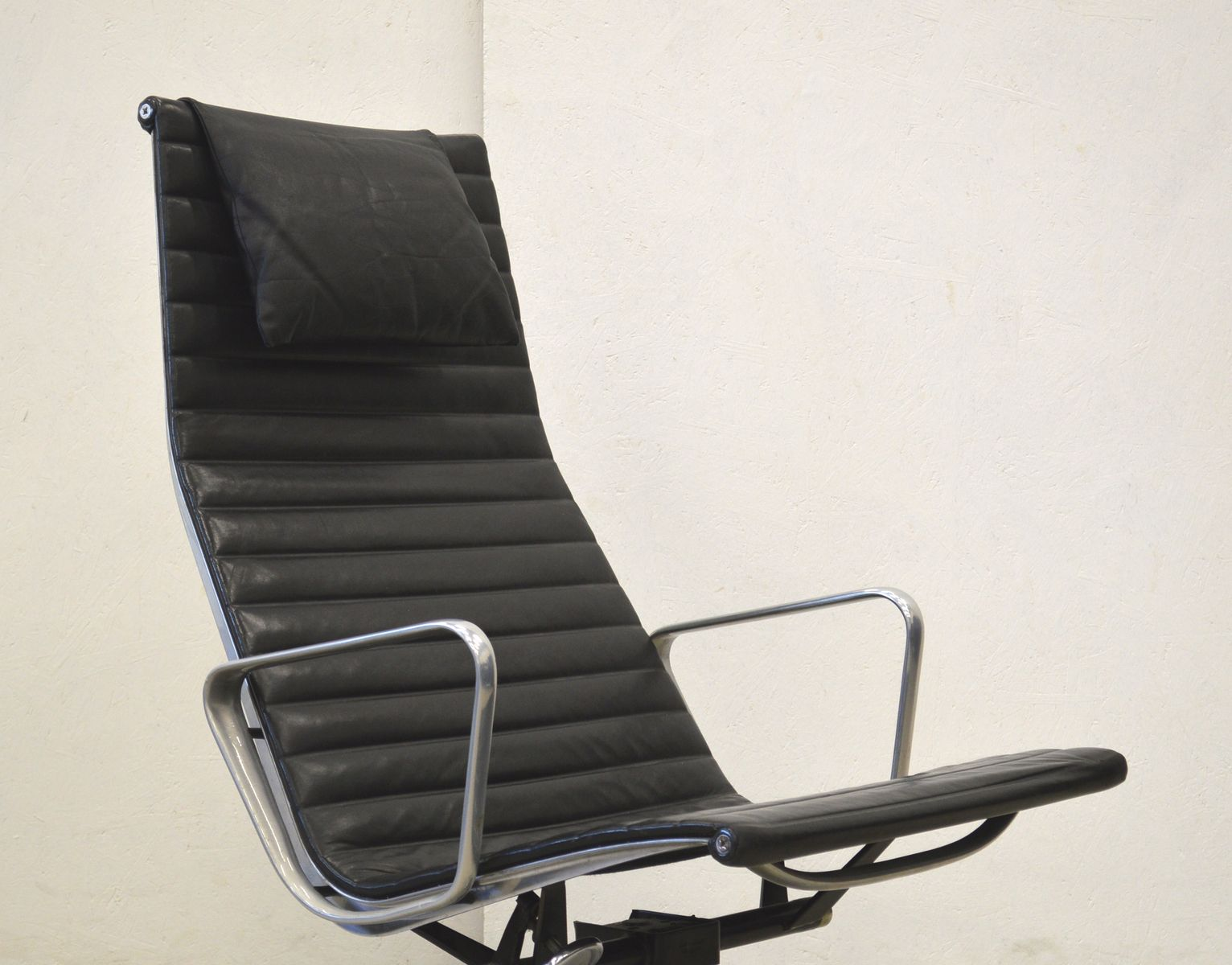 ea124 aluminum lounge chair by charles ray eames for. Black Bedroom Furniture Sets. Home Design Ideas