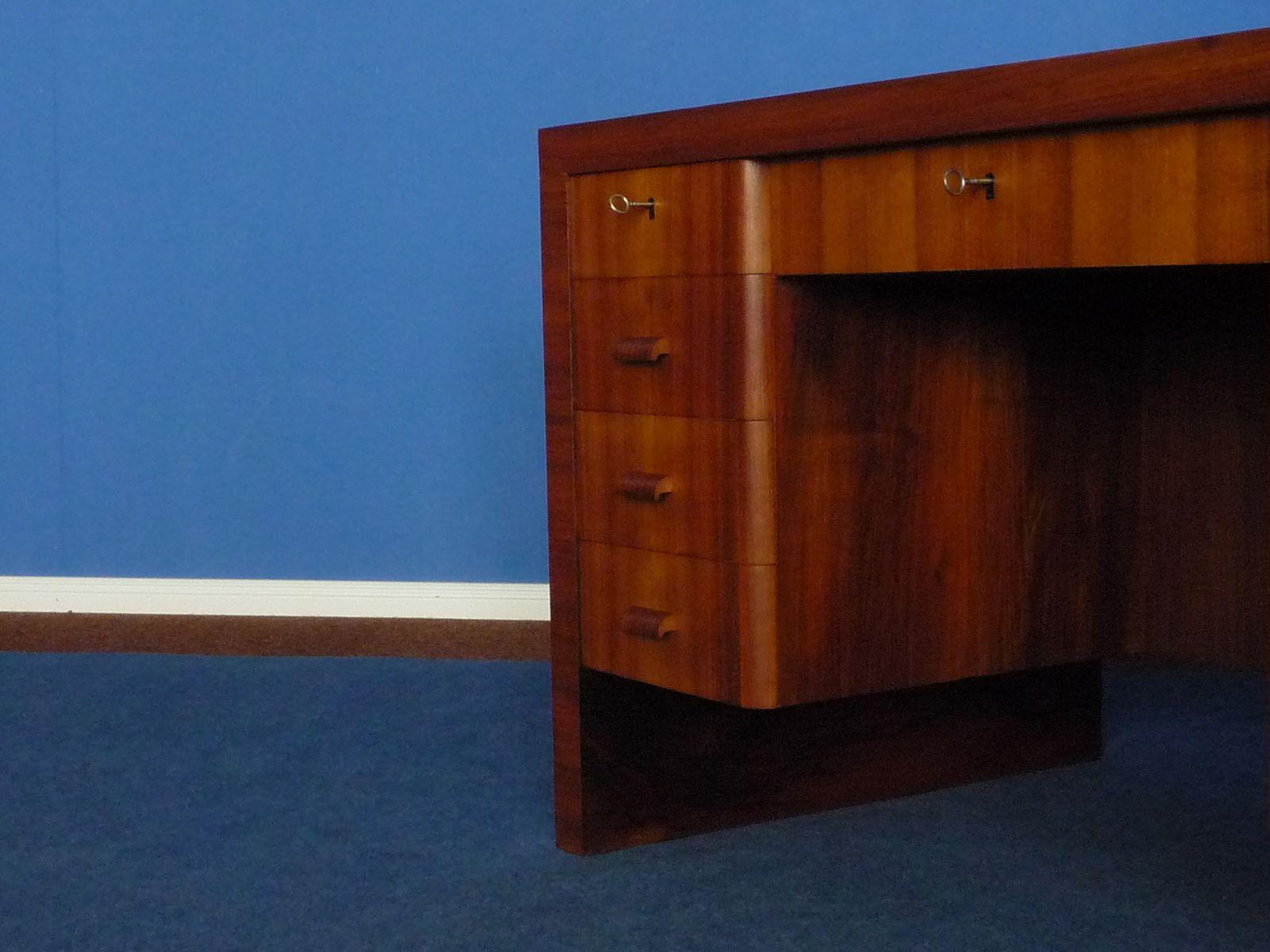 deutscher bauhaus walnuss schreibtisch 1930er bei pamono kaufen. Black Bedroom Furniture Sets. Home Design Ideas