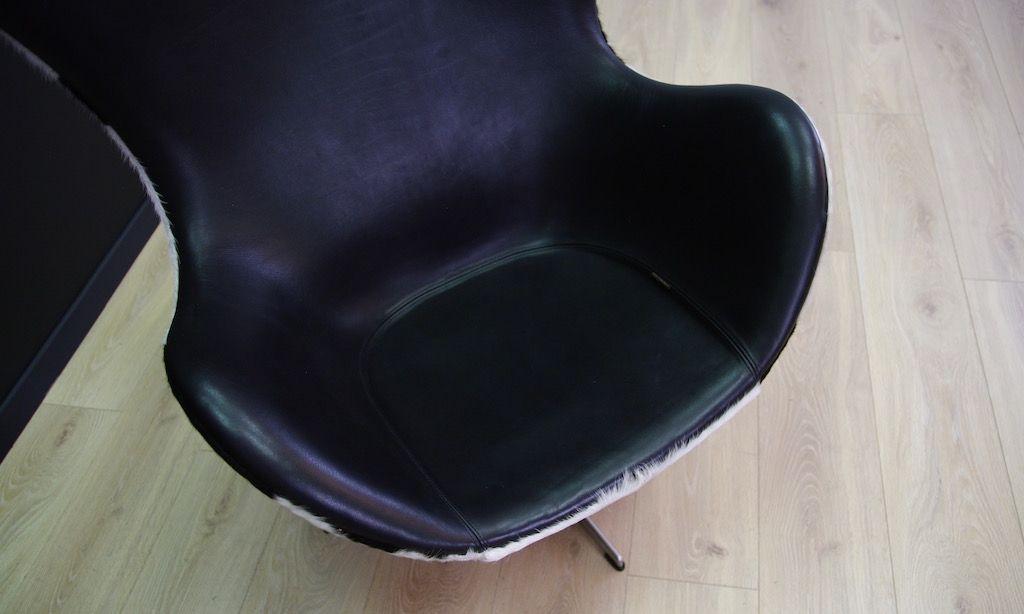 d nischer vintage kuhfell egg chair von arne jacobsen f r fritz hansen 1980er bei pamono kaufen. Black Bedroom Furniture Sets. Home Design Ideas