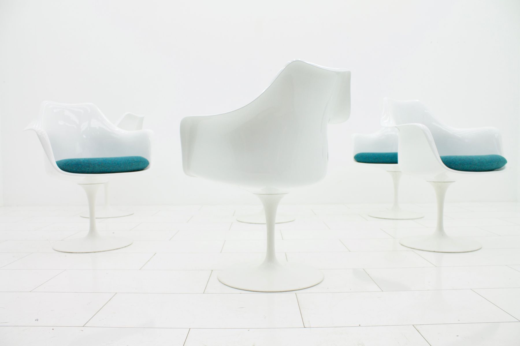 White Swivel Chairs by Eero Saarinen for Knoll 1970s Set of 6