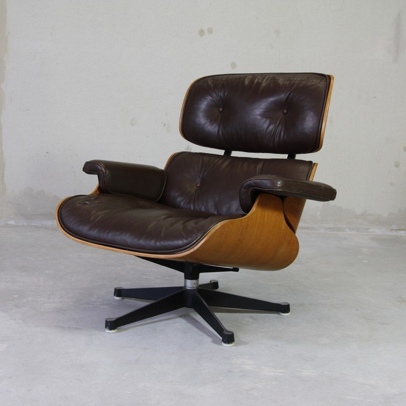 Lounge chair by charles ray eames for mobilier for Mobilier international eames