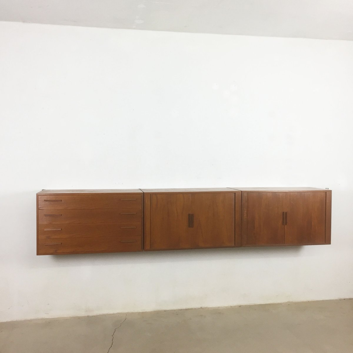 h ngendes teak sideboard von kai kristiansen f r feldballes mobelfabrik 1960er bei pamono kaufen. Black Bedroom Furniture Sets. Home Design Ideas