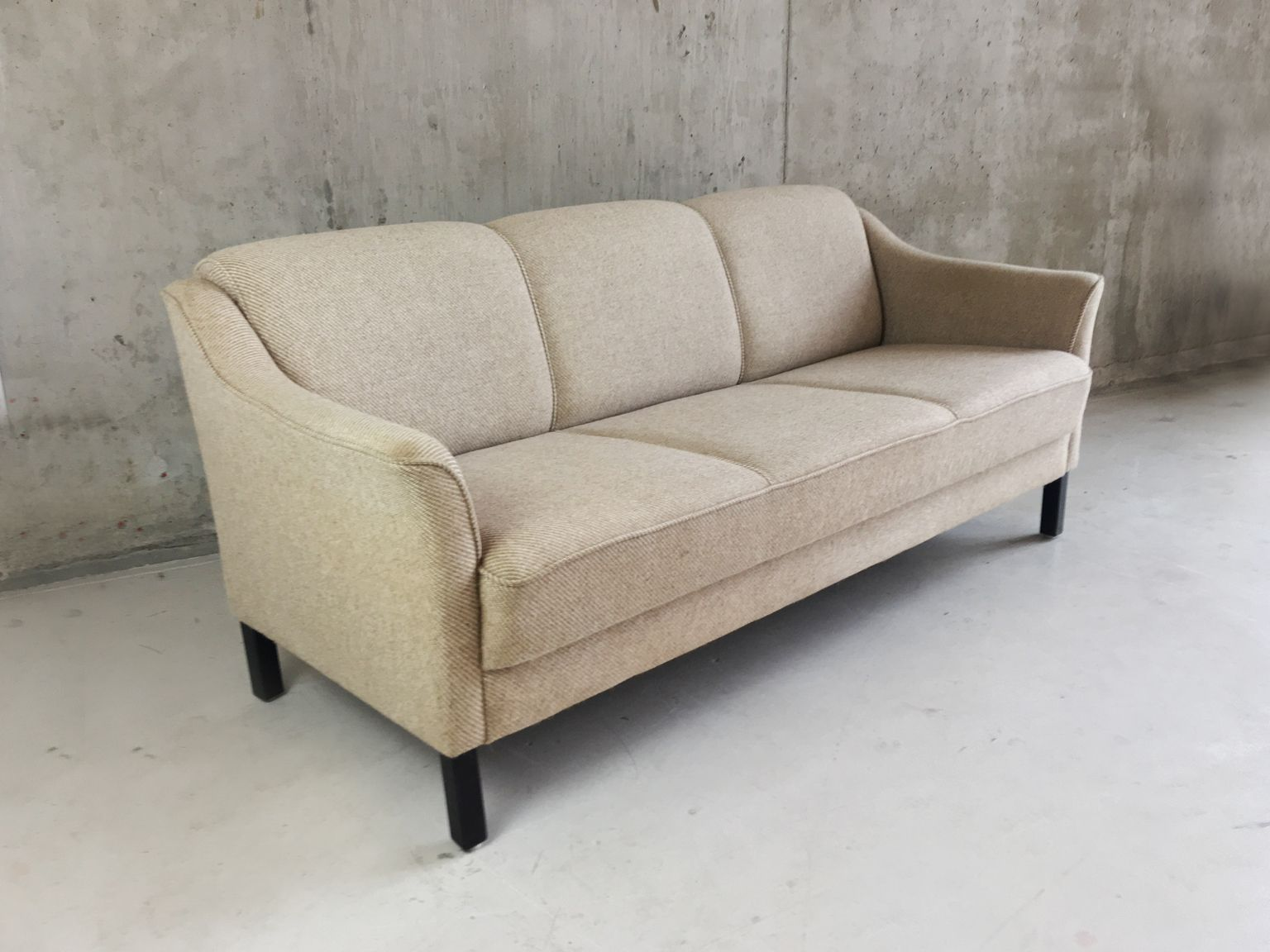 d nisches mid century drei sitzer sofa mit herringbone wollbezug bei pamono kaufen. Black Bedroom Furniture Sets. Home Design Ideas