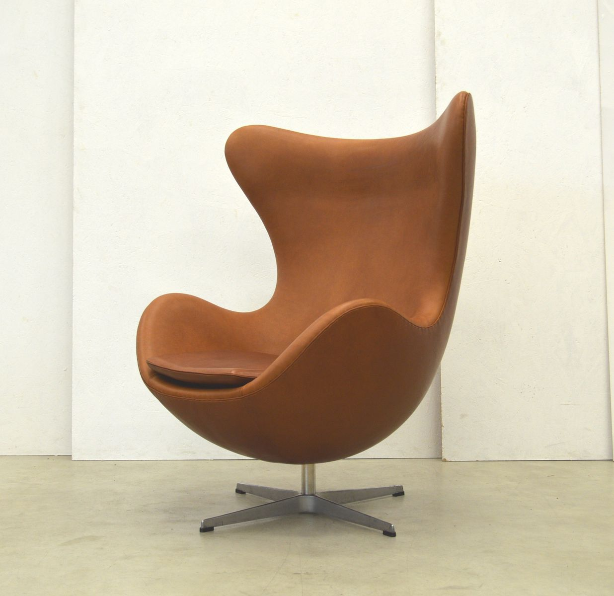 cognac egg chair by arne jacobsen for fritz hansen 1970s. Black Bedroom Furniture Sets. Home Design Ideas