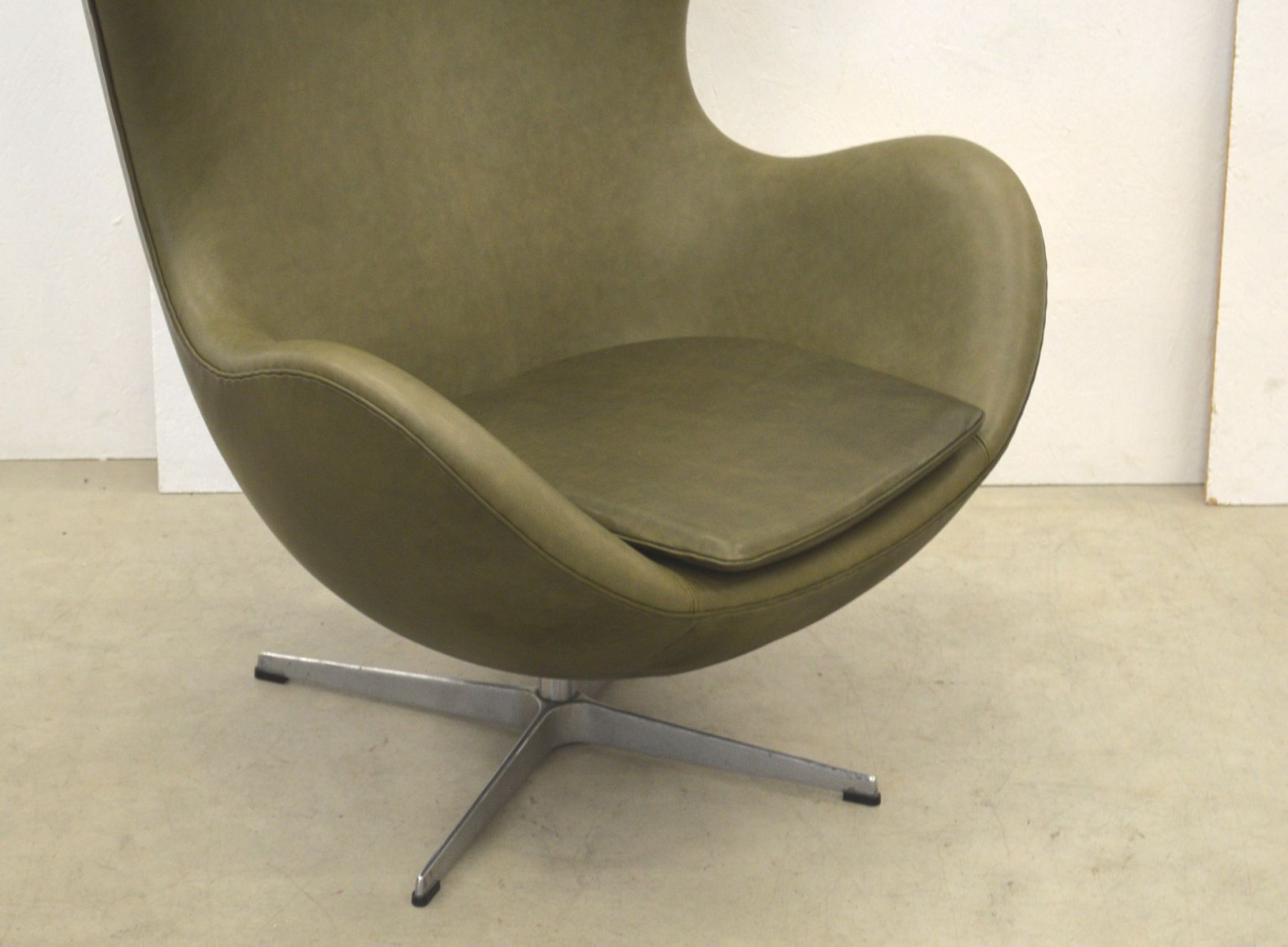 khaki green egg chair by arne jacobsen for fritz hansen 1970s for sale at pamono. Black Bedroom Furniture Sets. Home Design Ideas