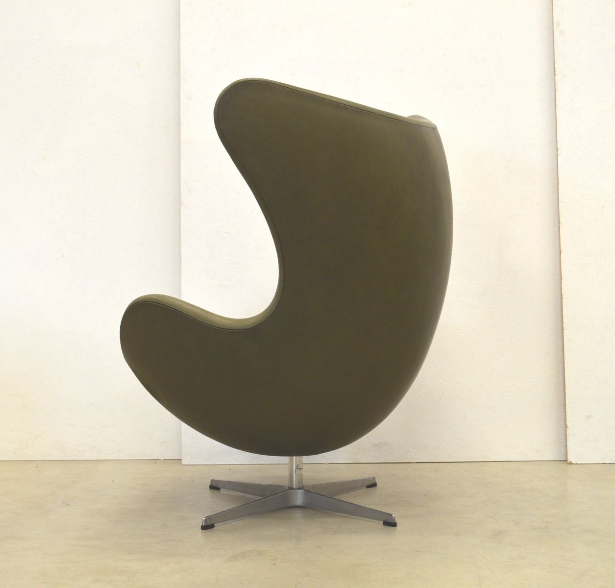 khaki egg chair von arne jacobsen f r fritz hansen 1970er bei pamono kaufen. Black Bedroom Furniture Sets. Home Design Ideas