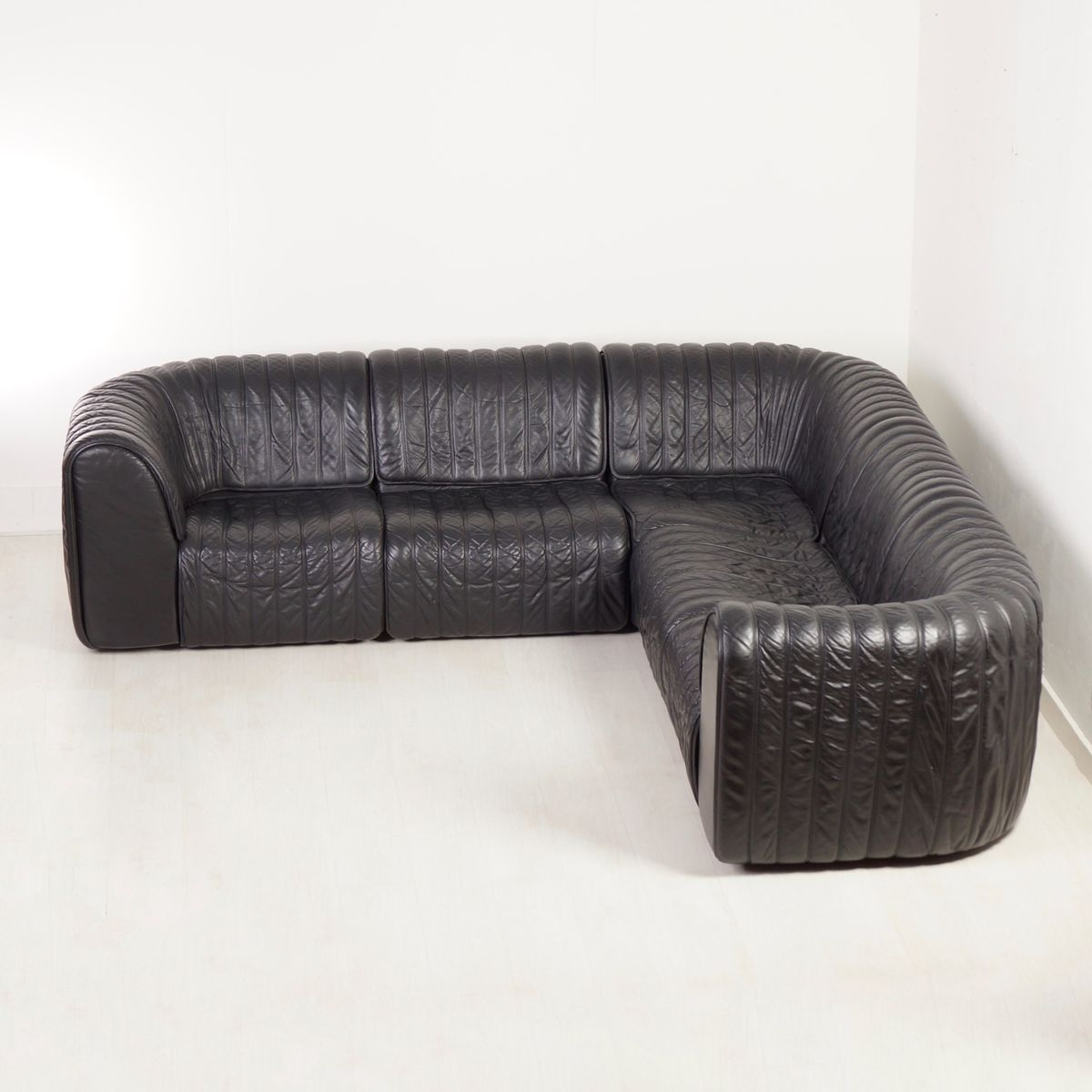 ds 22 eckbank aus schwarzem leder von de sede 1980er bei pamono kaufen. Black Bedroom Furniture Sets. Home Design Ideas