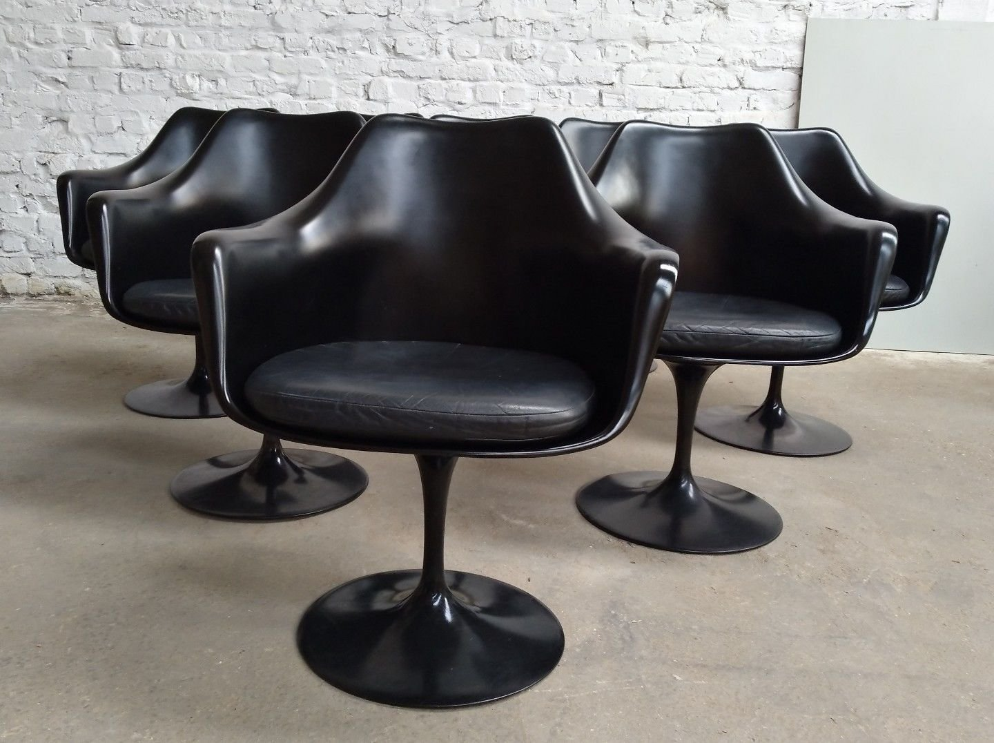 Black leather tulip swivel armchair by eero saarinen for for Eero saarinen tulip armchair
