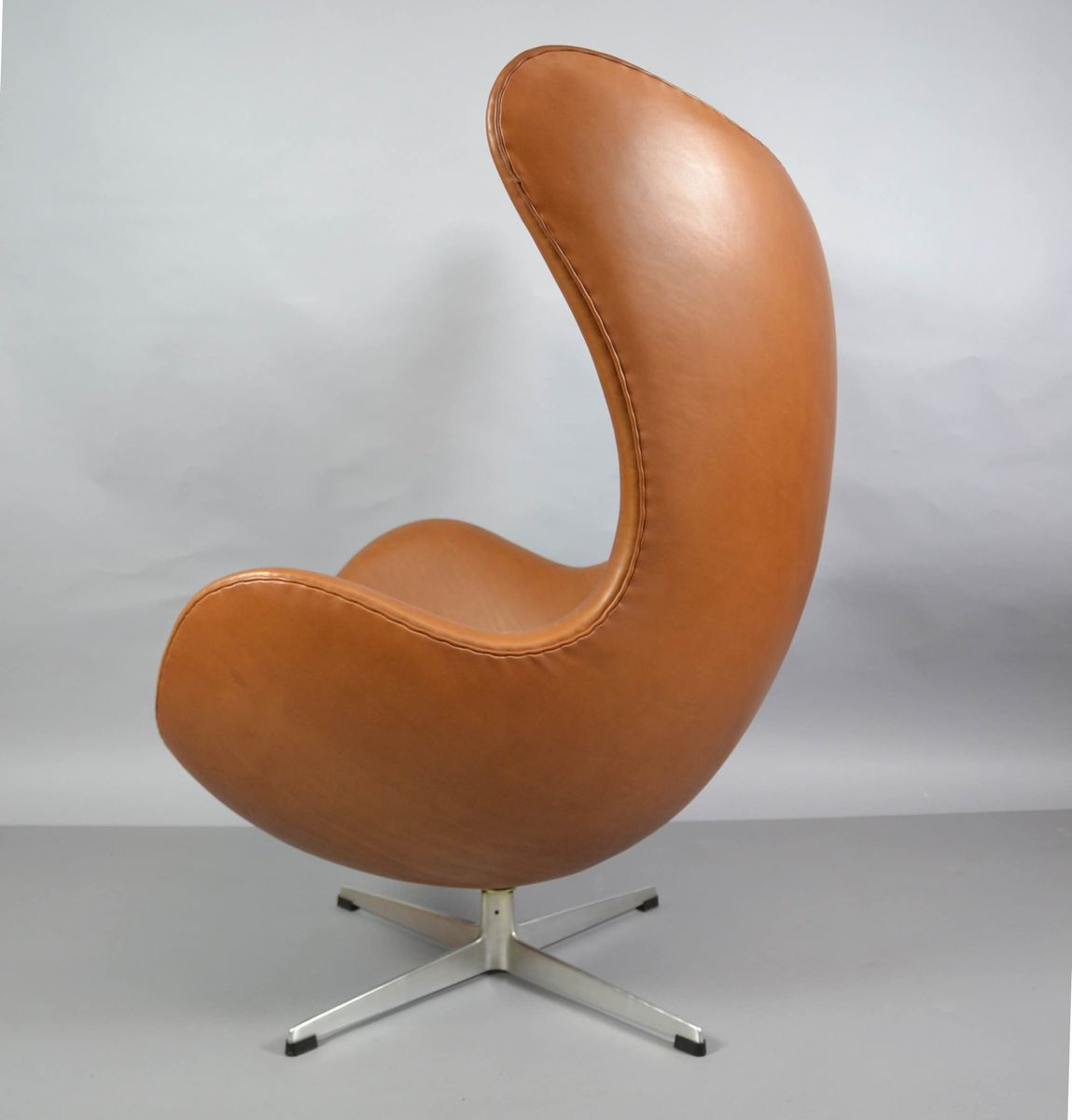 leather egg chair with ottoman by arne jacobsen for fritz. Black Bedroom Furniture Sets. Home Design Ideas