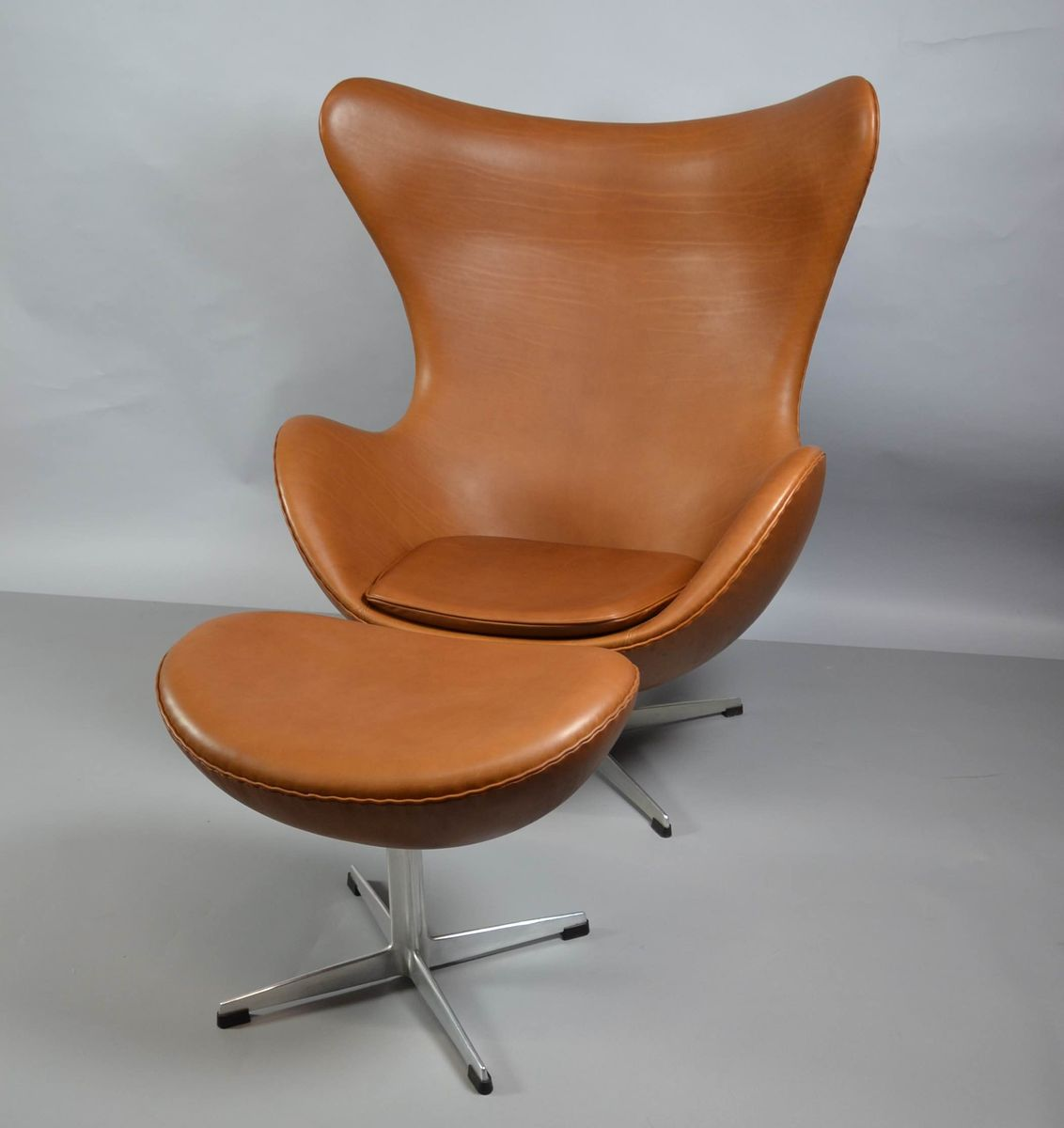egg chair aus leder mit ottomane von arne jacobsen f r. Black Bedroom Furniture Sets. Home Design Ideas
