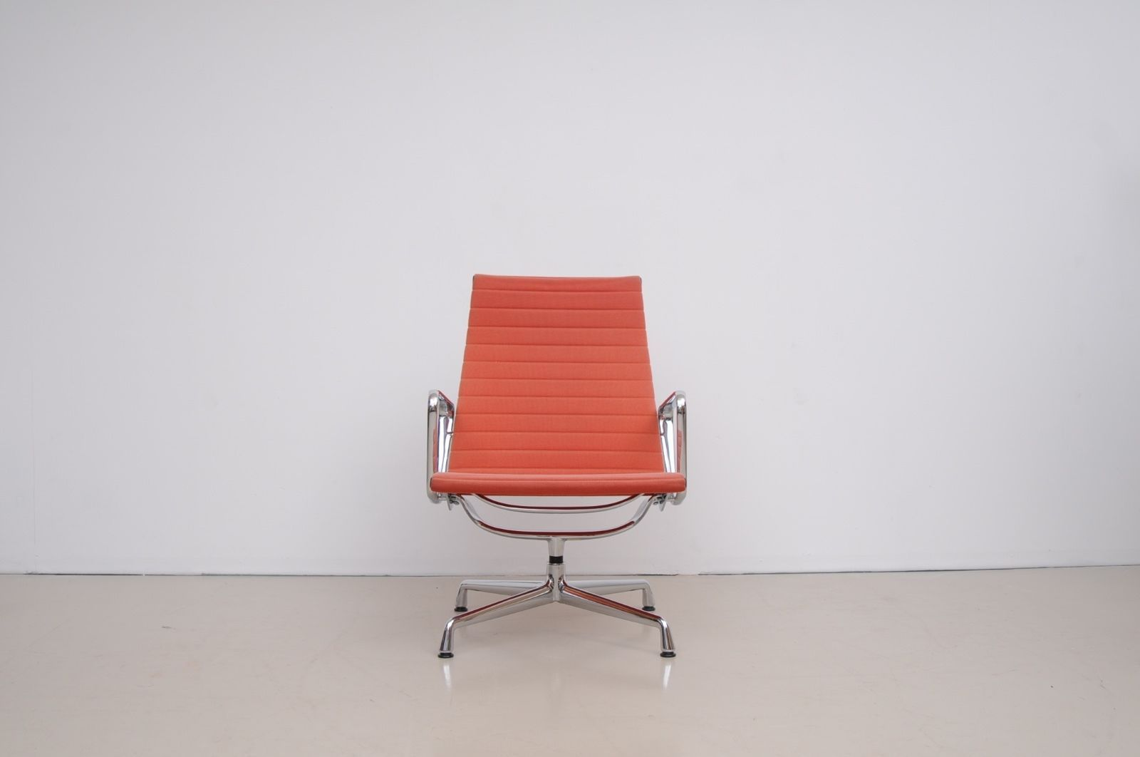 Ea 124 lounge chair by charles ray eames for vitra for for Eames chair nachbau deutschland