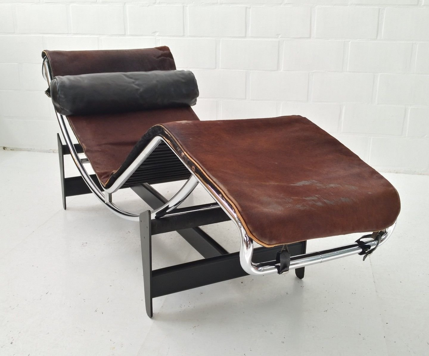 chaise longue early first 550 lc4 par le corbusier charlotte perriand pierre jeanneret pour. Black Bedroom Furniture Sets. Home Design Ideas