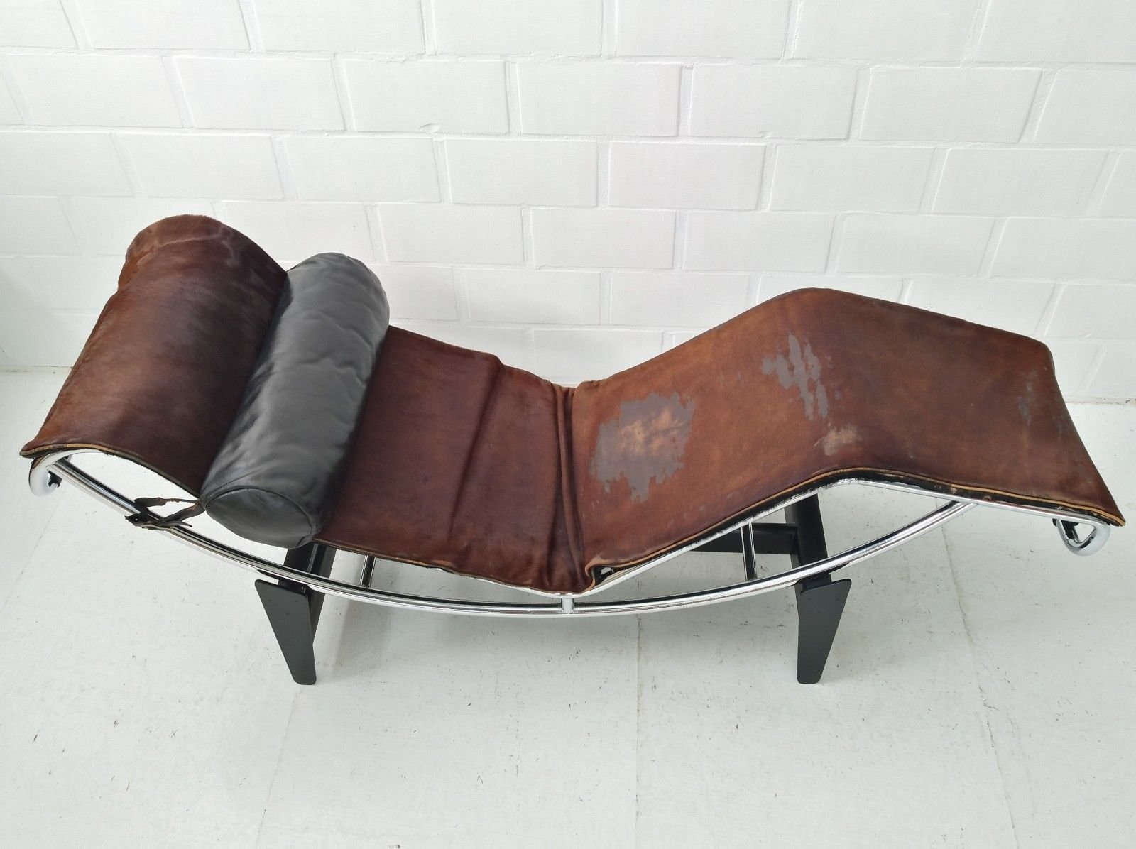 lc4 chaise longue by le corbusier charlotte perriand. Black Bedroom Furniture Sets. Home Design Ideas