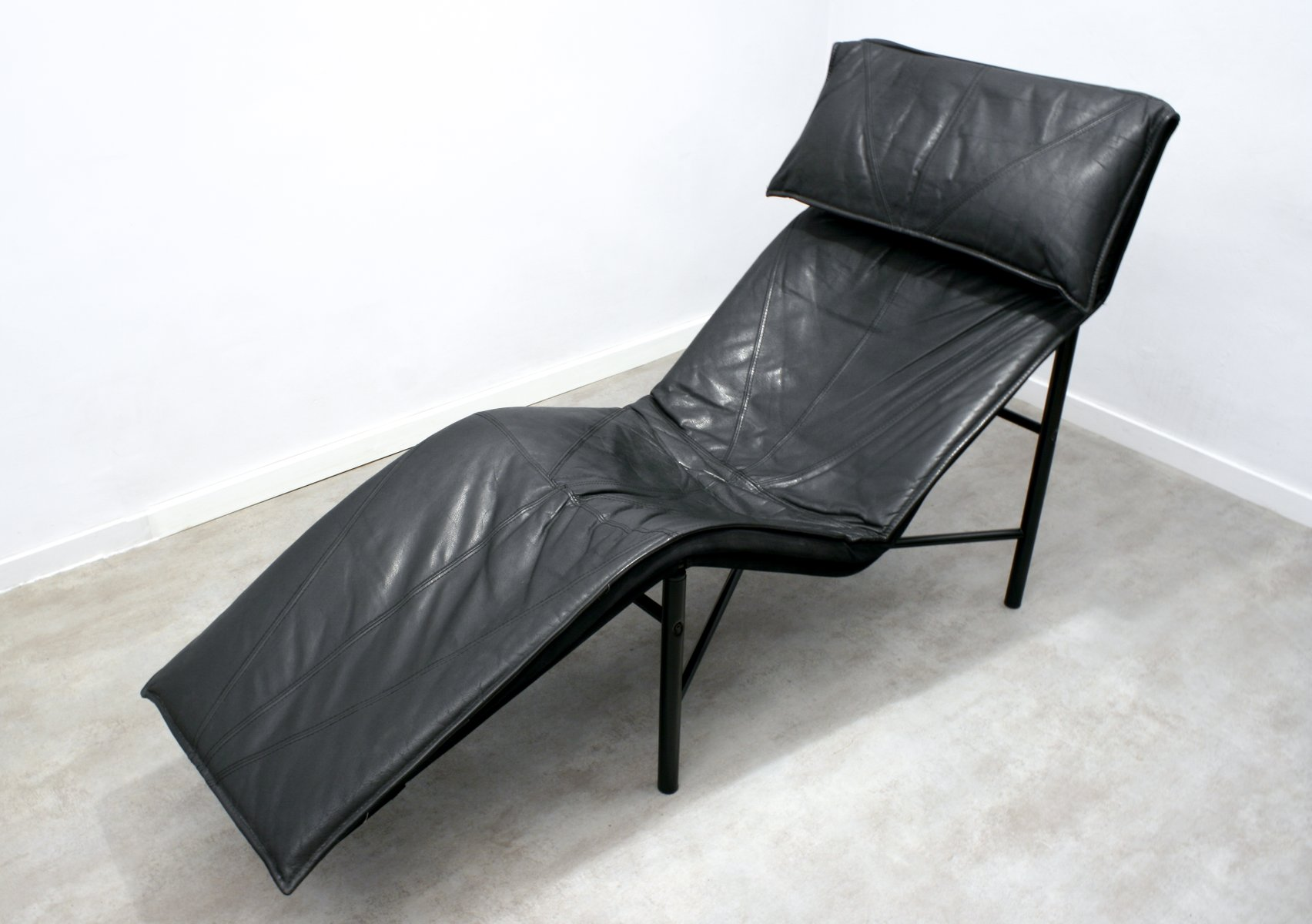 Black leather skye chaise longue by tord bj rklund for for Black leather chaise