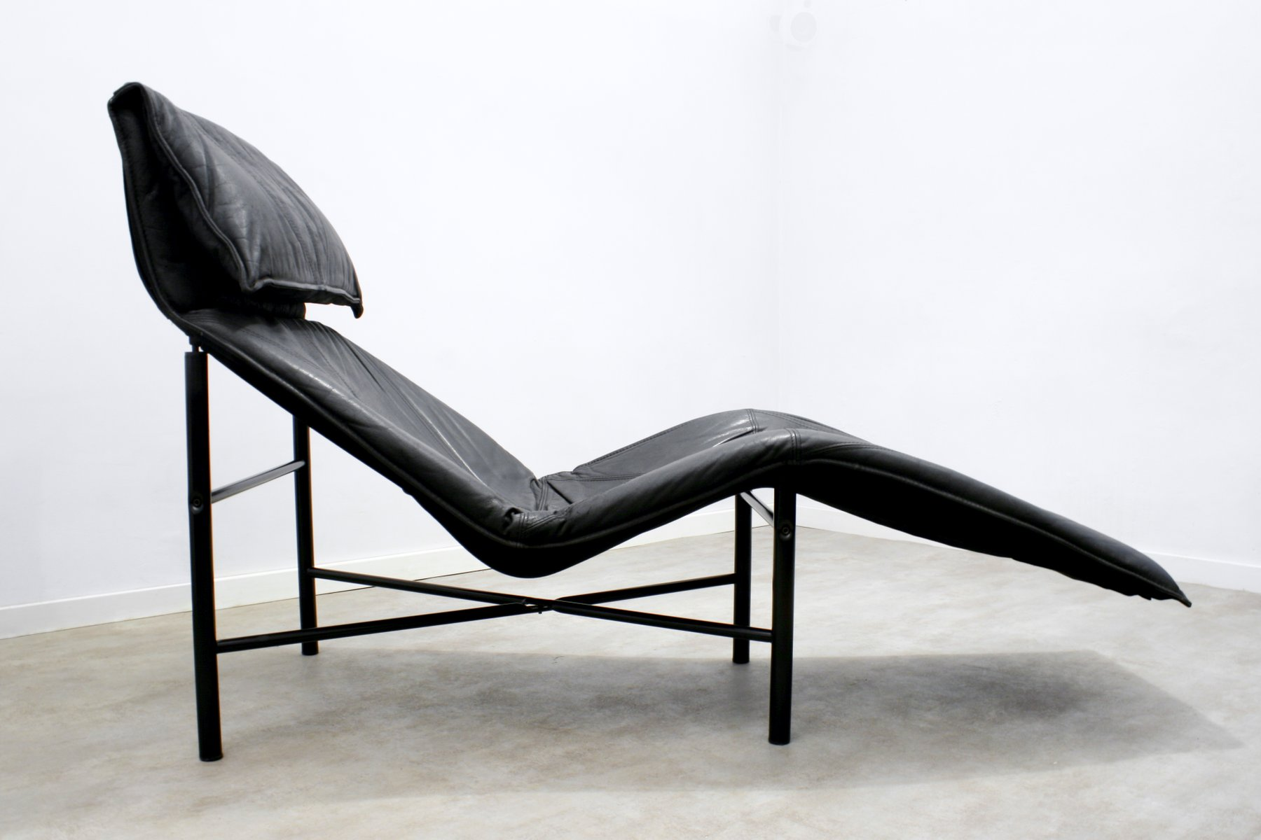 Black leather skye chaise longue by tord bjrklund for ikea for Chaise 65 cm ikea