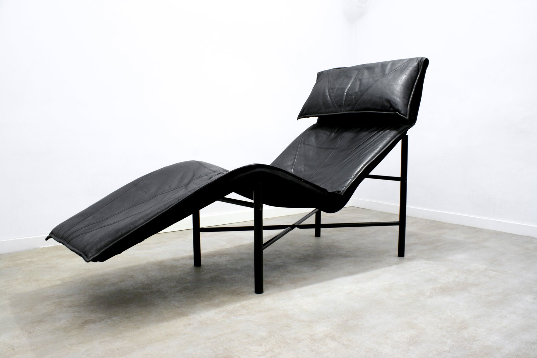 Black leather skye chaise longue by tord bj rklund for for Chaise longue en toile pliante
