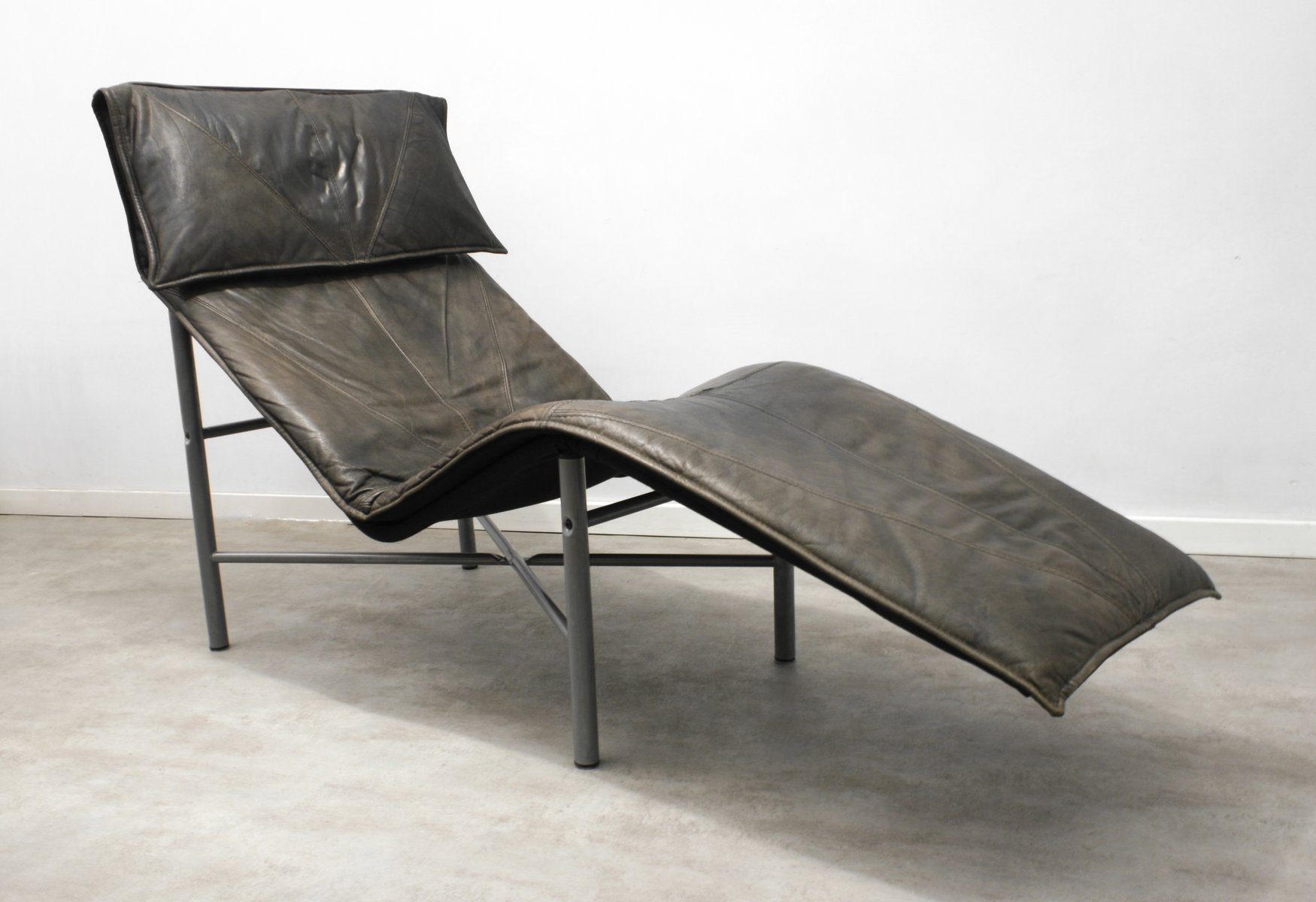 brown leather skye chaise lounge by tord bj rklund for. Black Bedroom Furniture Sets. Home Design Ideas