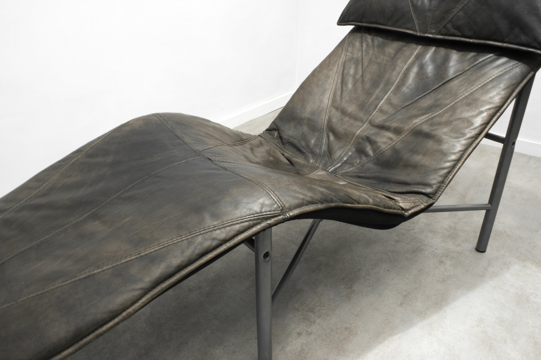 Brown leather skye chaise lounge by tord bj rklund for for Brown leather chaise lounge