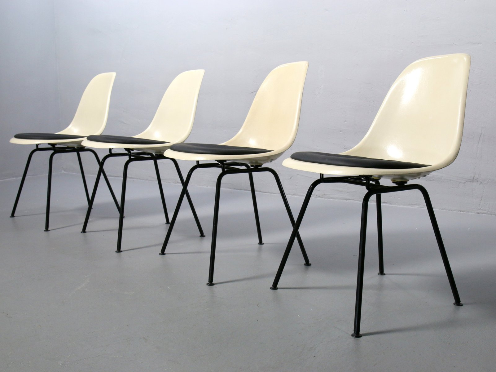 Dsx parchment colored fiberglass side chairs by charles for Eames chair deutschland