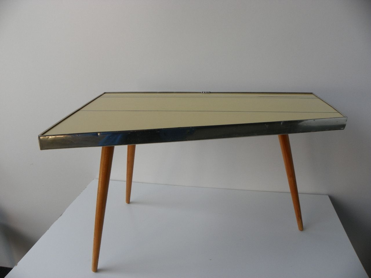 table d 39 appoint tr pied en formica 1960s en vente sur pamono. Black Bedroom Furniture Sets. Home Design Ideas