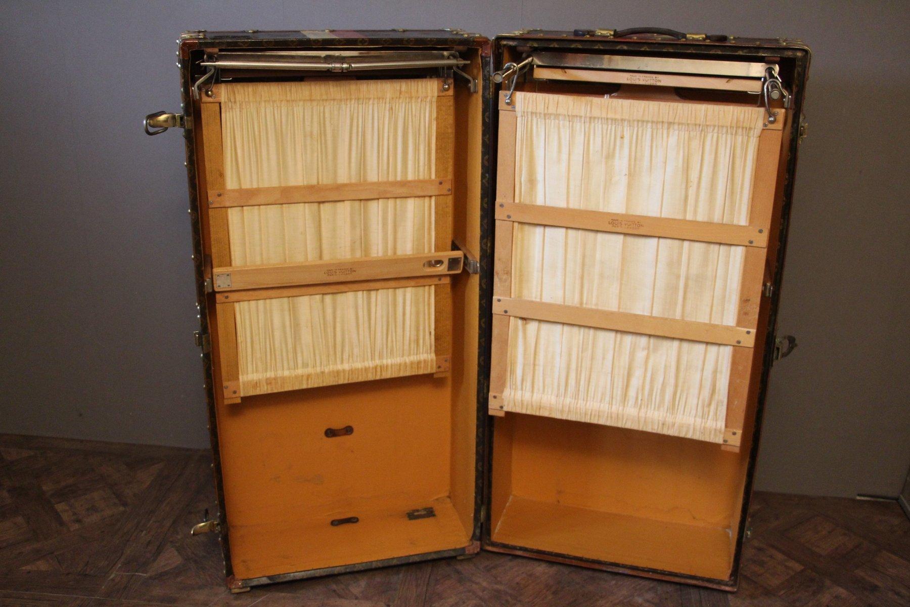 monogrammierte kleiderschrank dampfschifftruhe von louis vuitton 1930er bei pamono kaufen. Black Bedroom Furniture Sets. Home Design Ideas