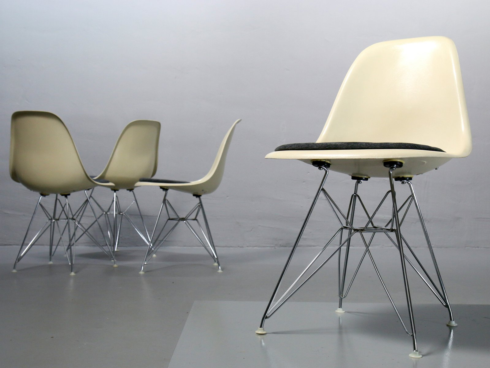 Vintage side chairs by charles ray eames for vitra set for Eames chair nachbau deutschland