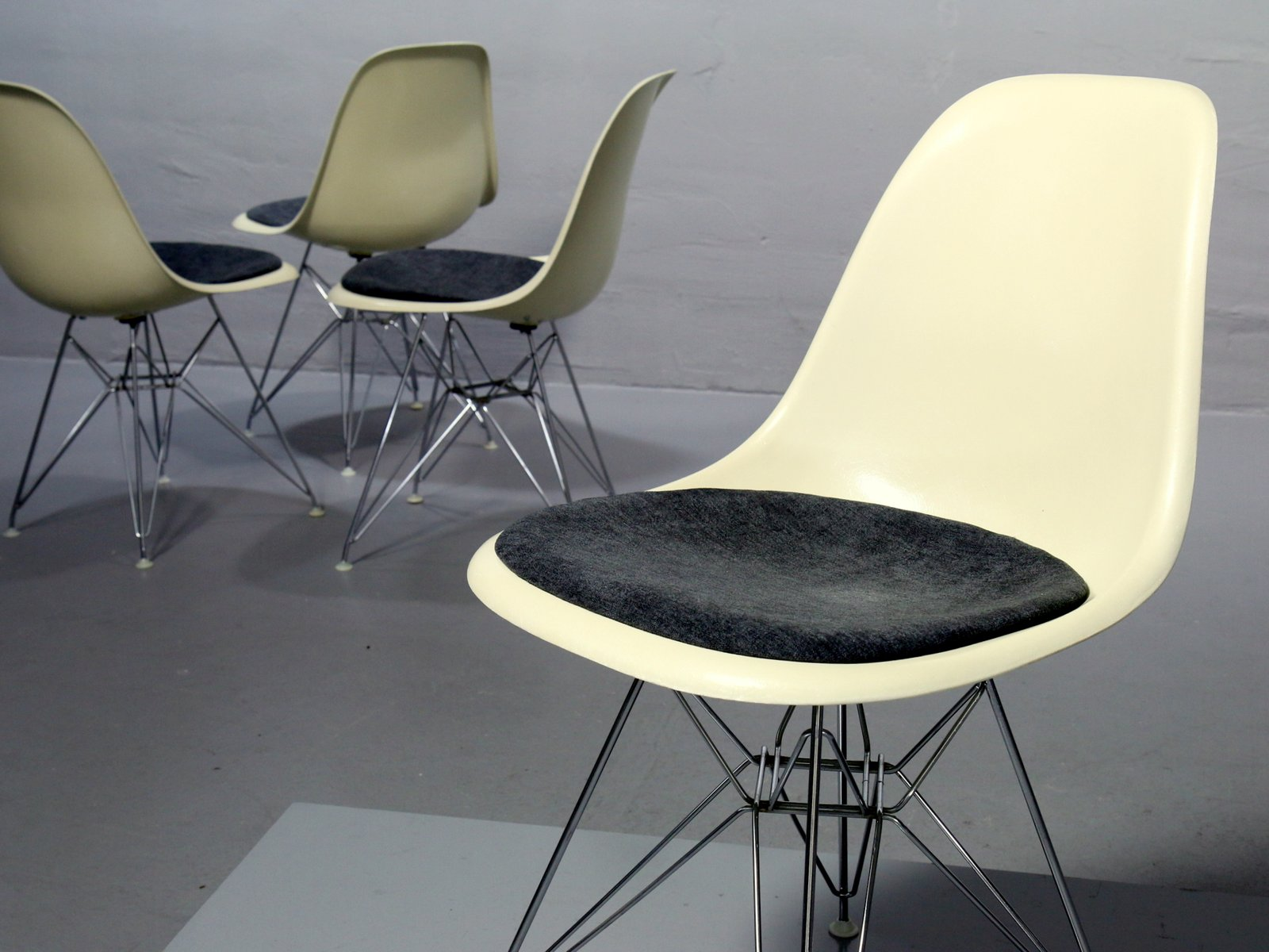 Vintage side chairs by charles ray eames for vitra set for Eames chair deutschland