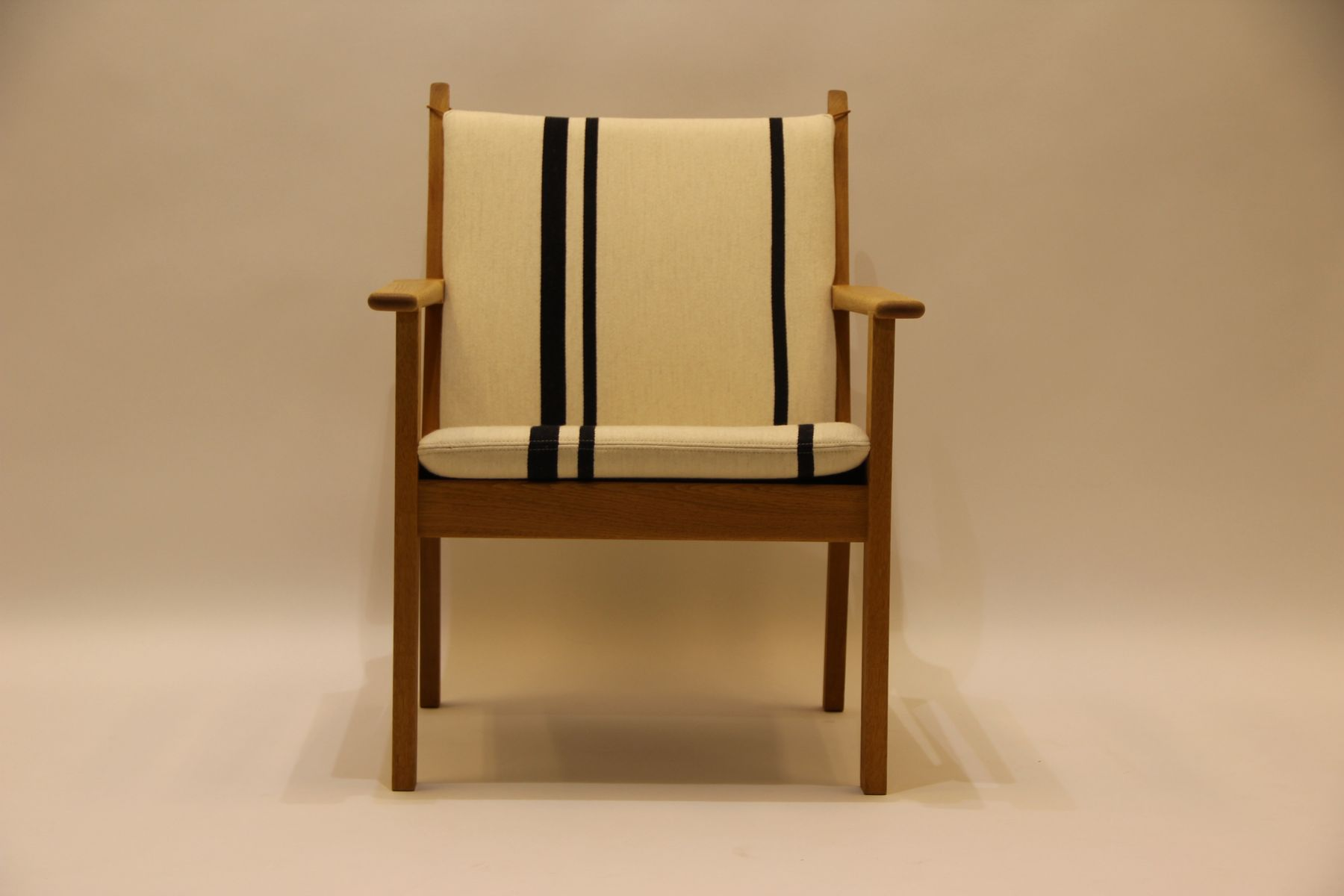 ge284 oak armchair by hans j wegner for getama for sale at pamono. Black Bedroom Furniture Sets. Home Design Ideas