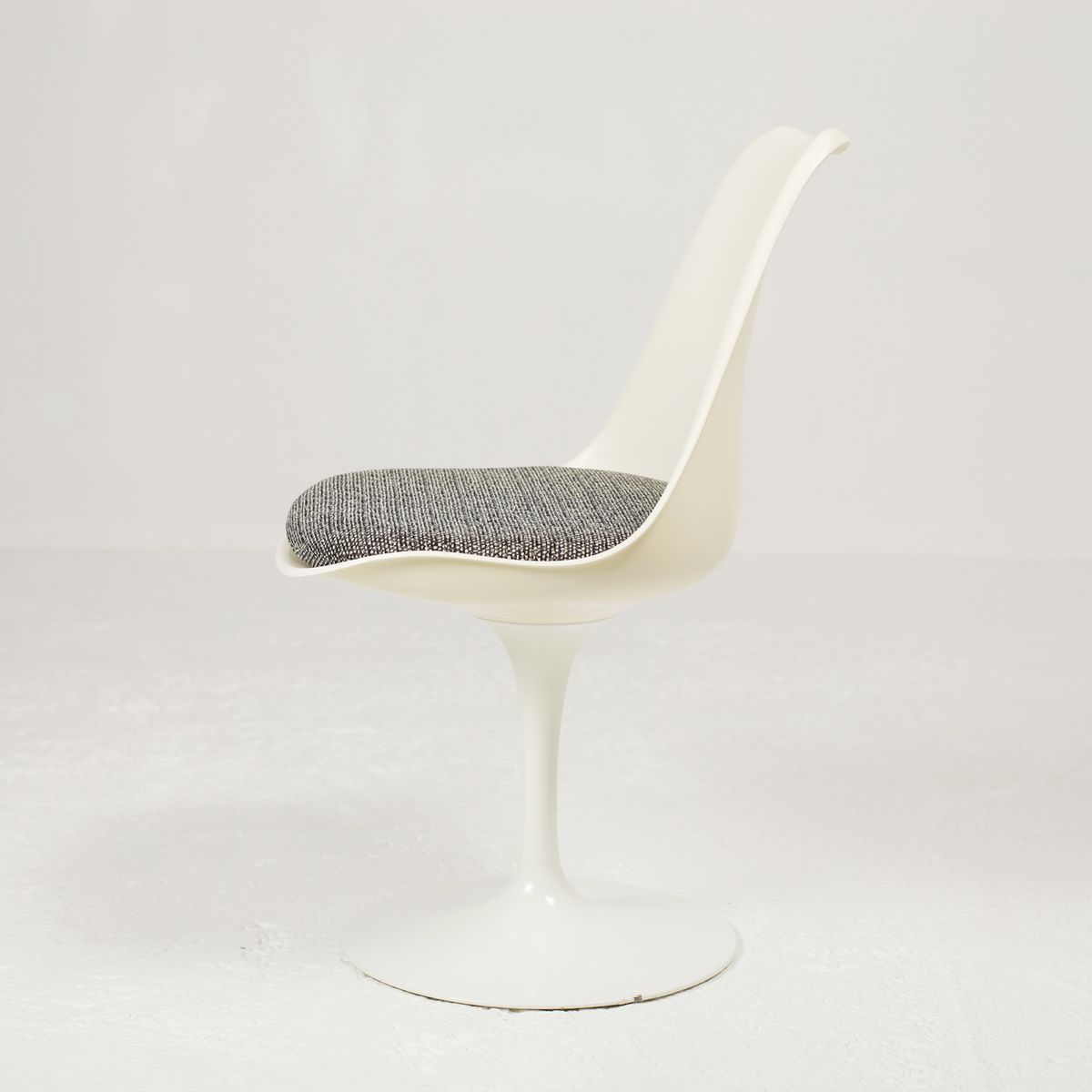 Tulip chairs by eero saarinen for knoll international for Eero saarinen tulip armchair