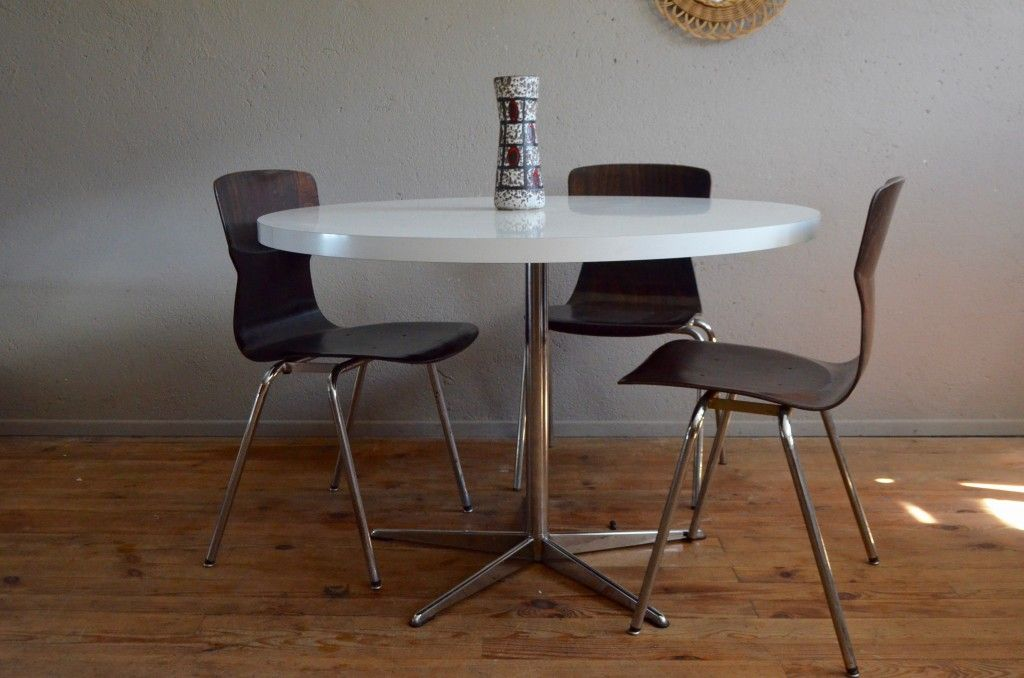 Vintage round table with star base 1970s for sale at pamono Table ronde design scandinave